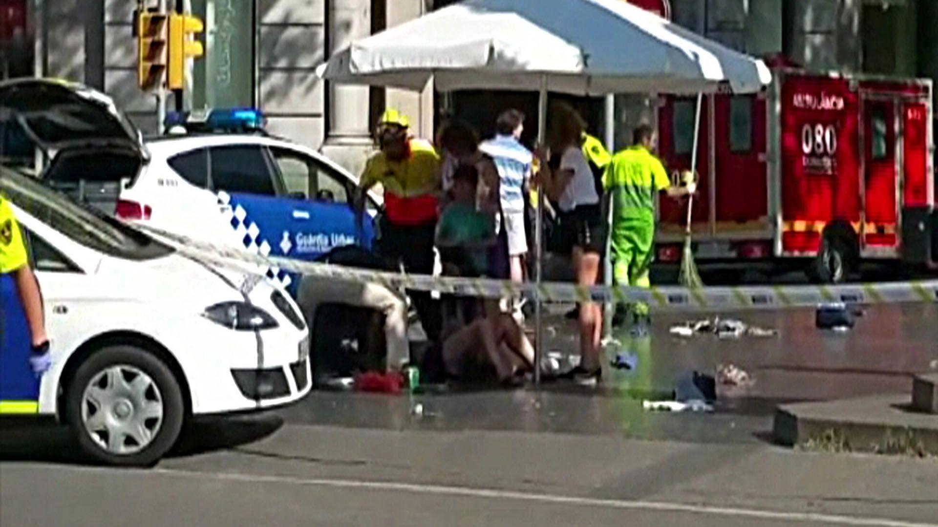 Imagen de televisión del lugar donde una furgoneta ha atropellado a varias personas que paseaban por las Ramblas de Barcelona (EFE)