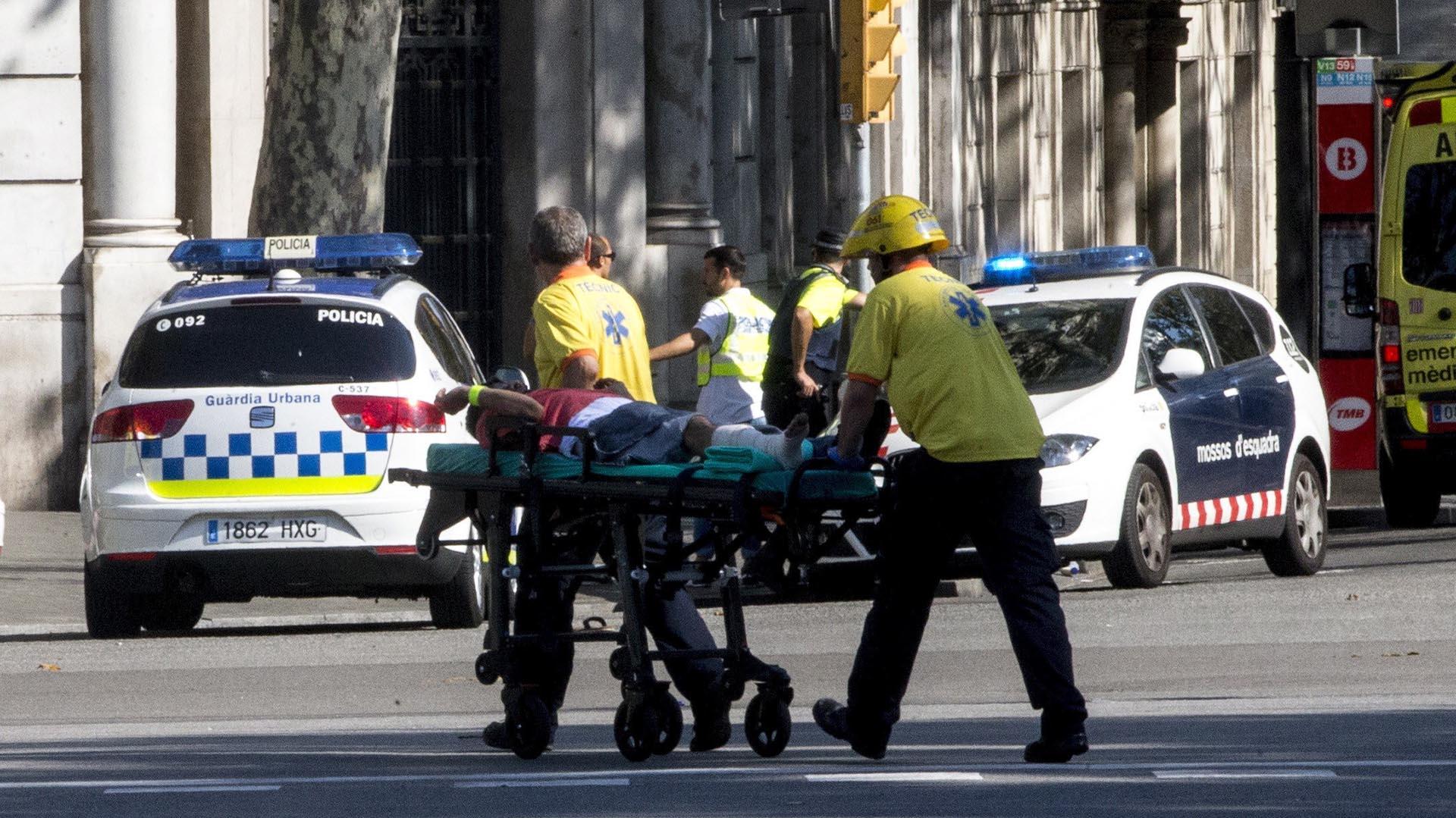 Los equipos de emergencias se llevan a una persona herida (EFE)