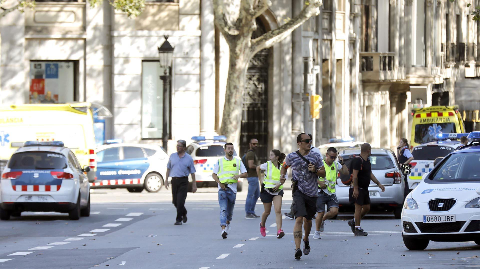 La gente sale corriendo del lugar en el que una furgoneta ha atropellado a varias personas (EFE)