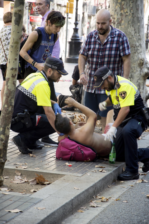 Efectivos policiales atienden a una de las víctimas (EFE)