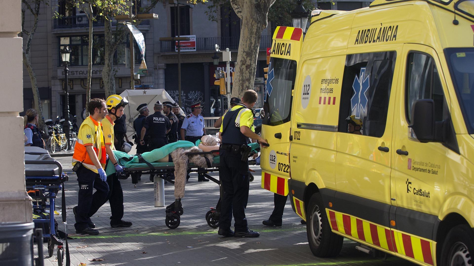 Los servicios de emergencia trasladan a una de las personas afectadas (EFE)