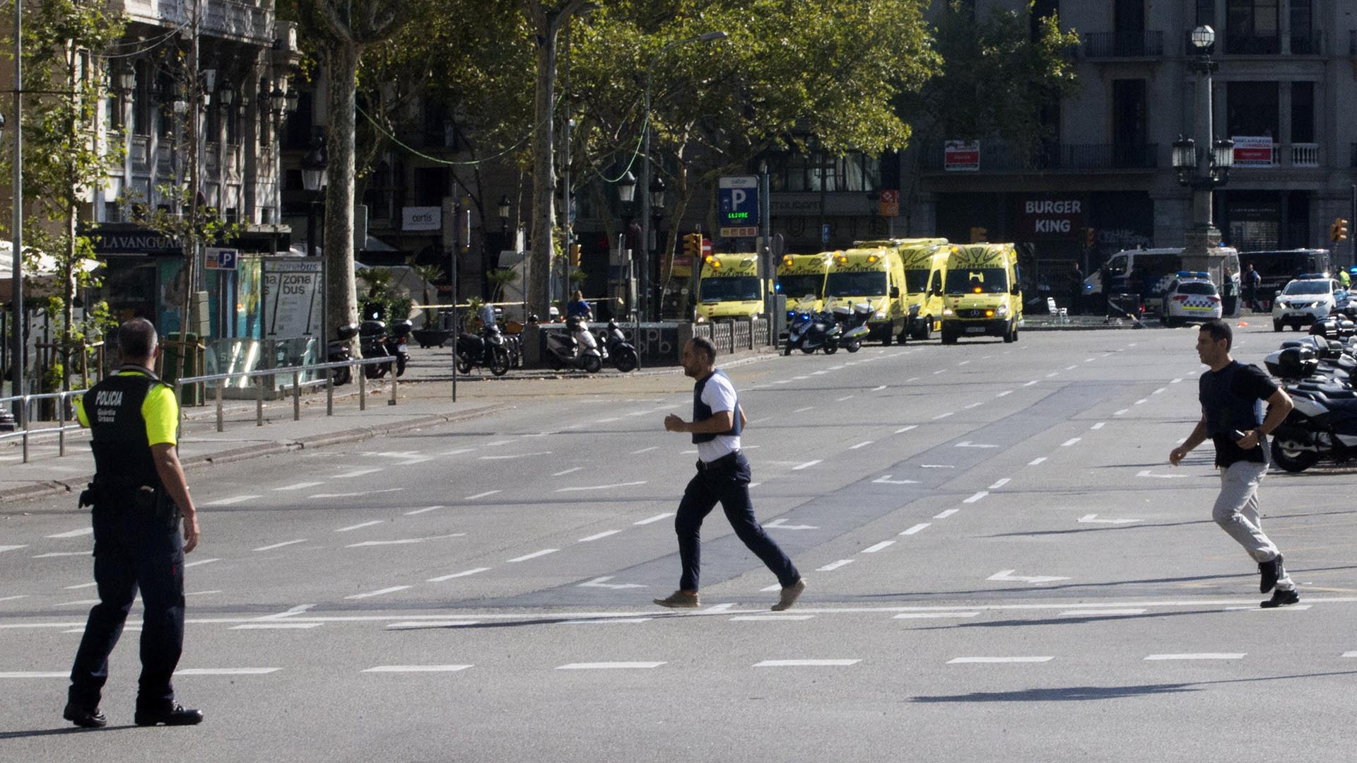 Efectivos policiales y de emergencia en el lugar en el que se ha producido un atropello masivo (EFE)