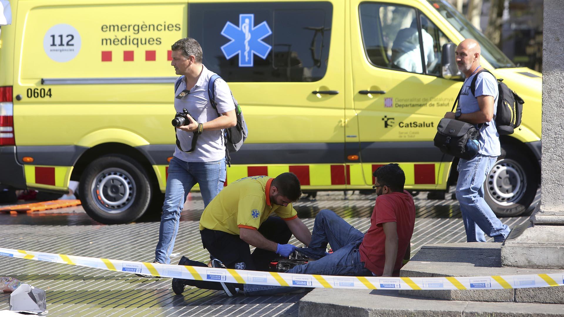 Un miembro de la unidad sanitaria atienda a un herido (AP)
