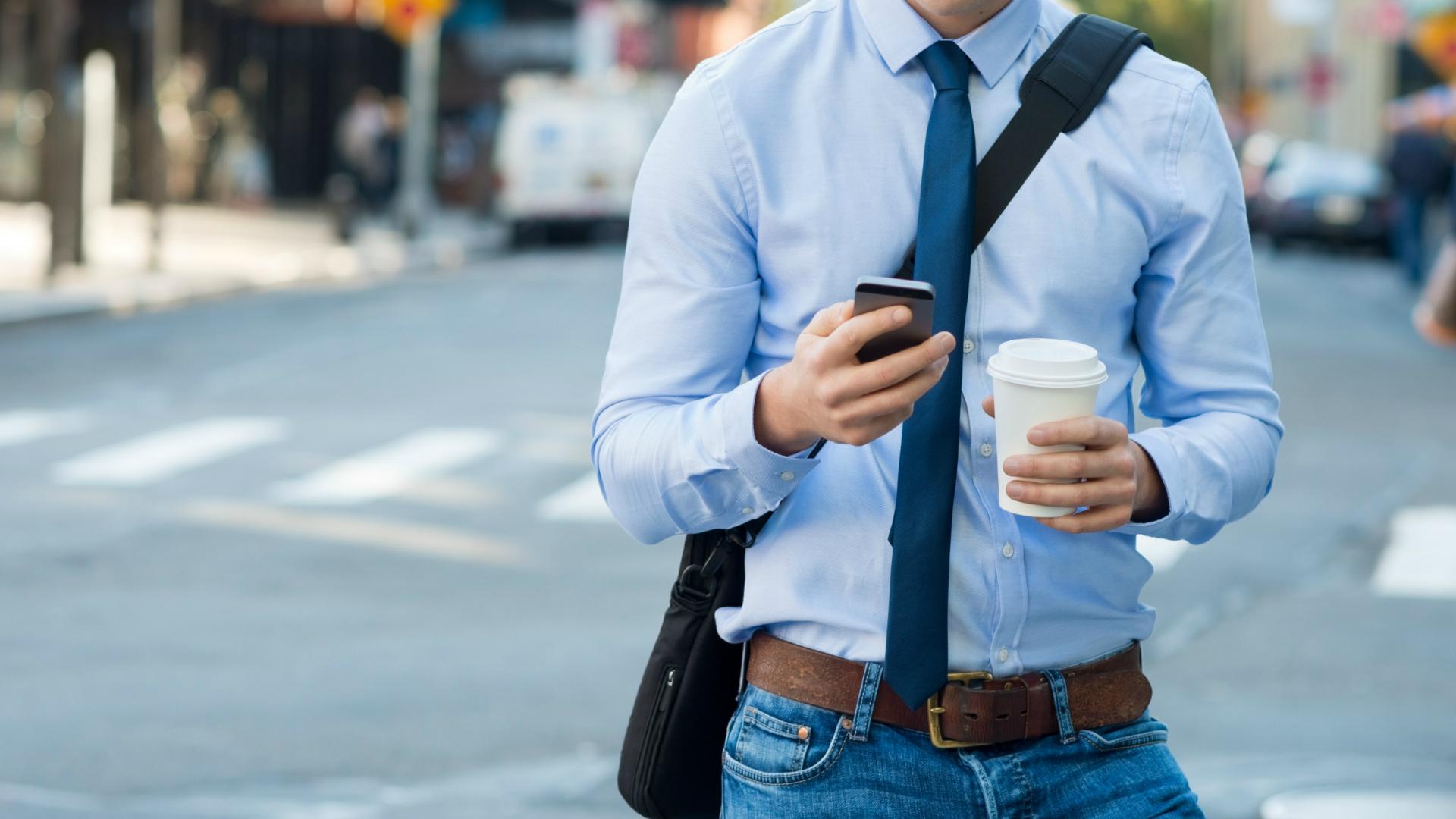 Según estudios de distintas consultoras el tiempo que las personas pasan viendo su celular es cada vez mayor. (iStock)