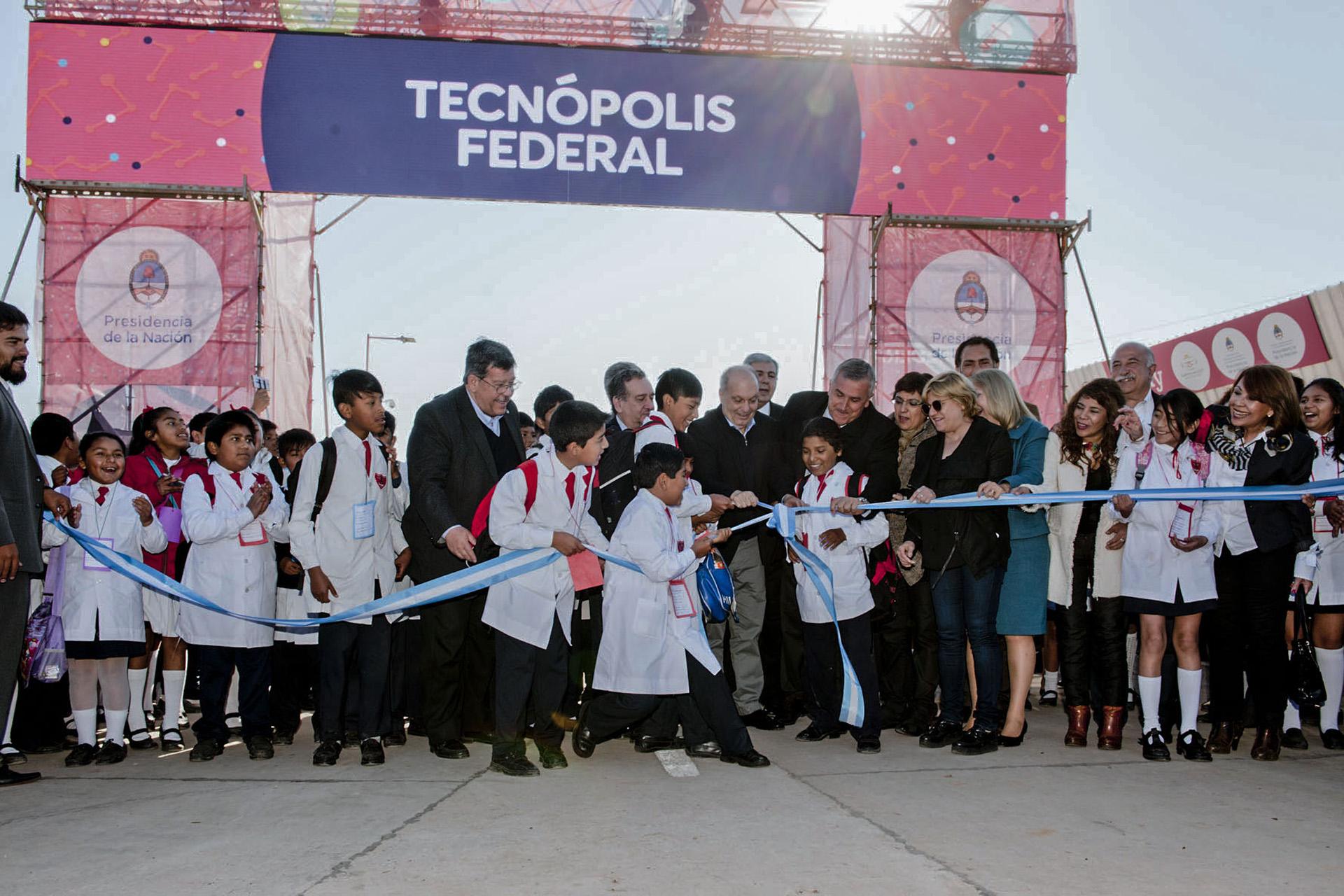 Tecnópolis Federal abrió hoy sus puertas en la capital jujeña, donde durante 18 días se podrá practicar realidad virtual, aprender de distintas disciplinas científicas y disfrutar de actividades deportivas y shows musicales, con entrada libre y gratuita