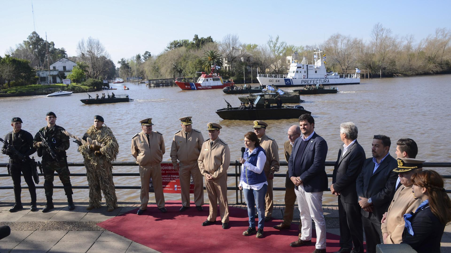 La ministra de Seguridad de la Nación, Patricia Bullrich, junto al jefe de la Prefectura Naval Argentina, Eduardo Scarzello, presentó siete nuevas embarcaciones que serán utilizadas por la fuerza federal para reforzar la lucha contra los delitos complejos