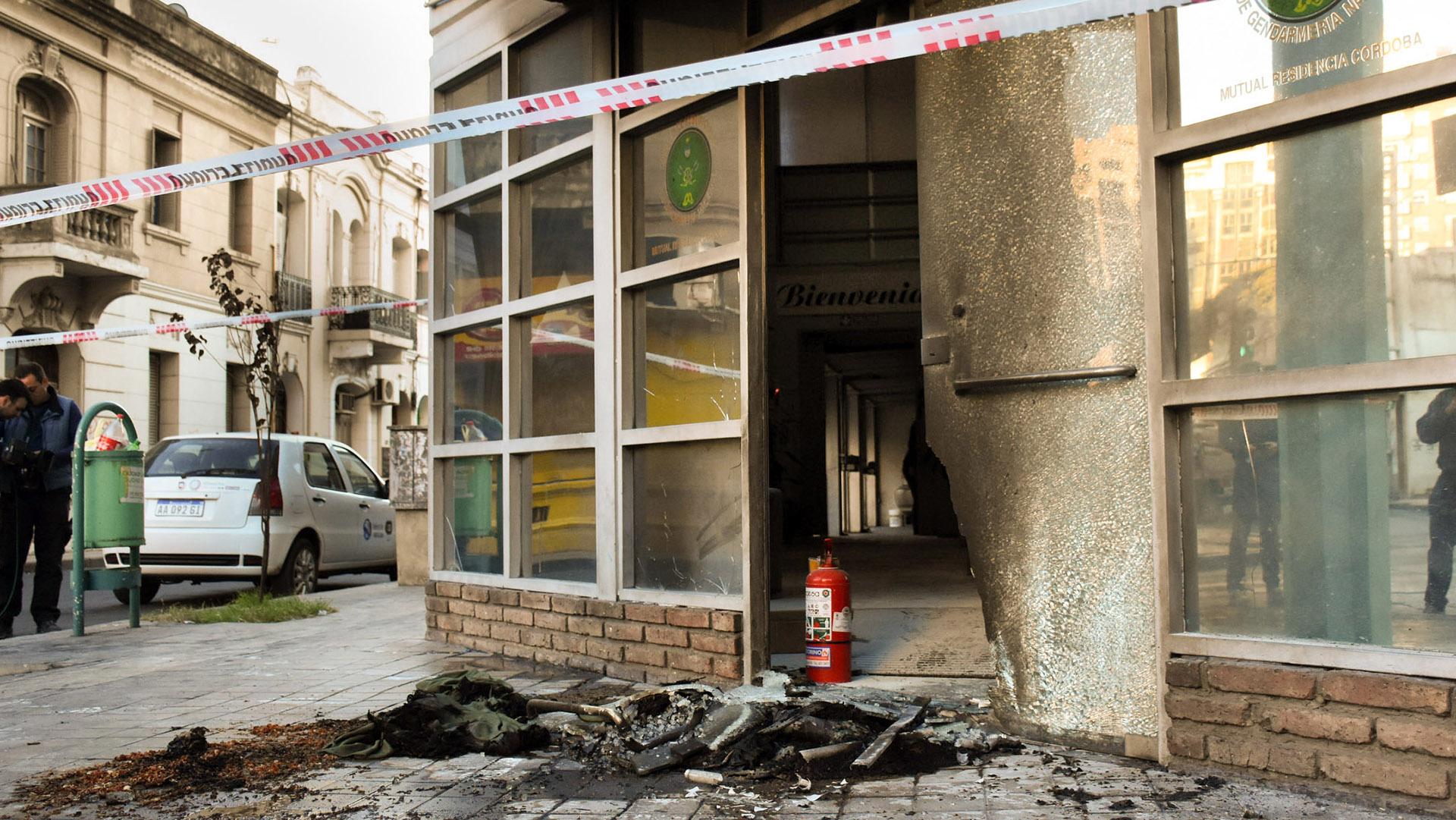 El Círculo de Suboficiales de Gendarmería Nacional de Córdoba sufrió un ataque incendiario en su sede del centro de la ciudad y tres personas encapuchadas están siendo investigadas como los posibles autores del ataque