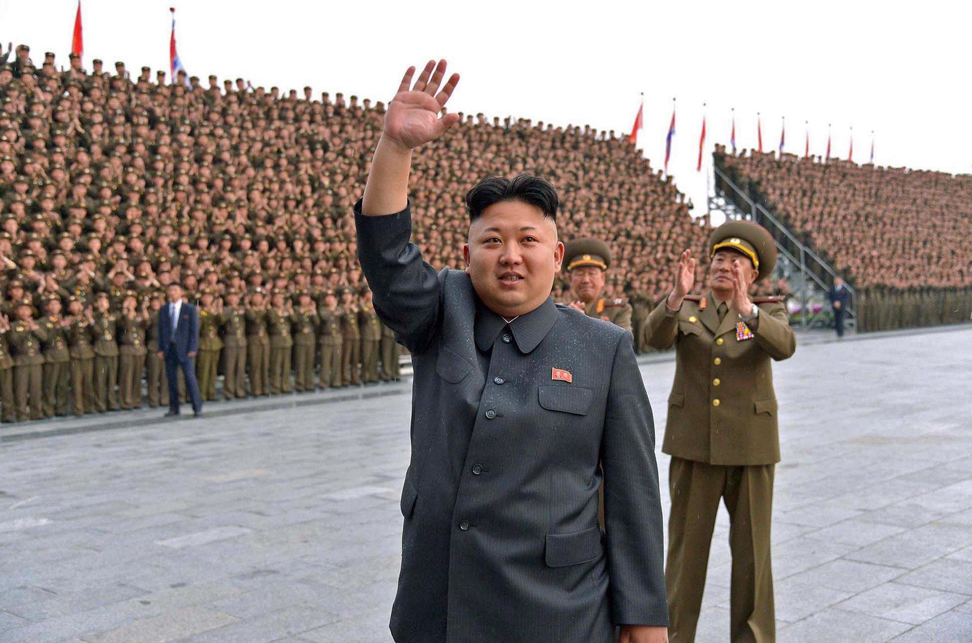 Kim Jong-un, líder supremo de Corea del Norte, luce un llamativo estilo rapado a los costados y raya al medio. Es uno de los 15 looks que permite el régimen