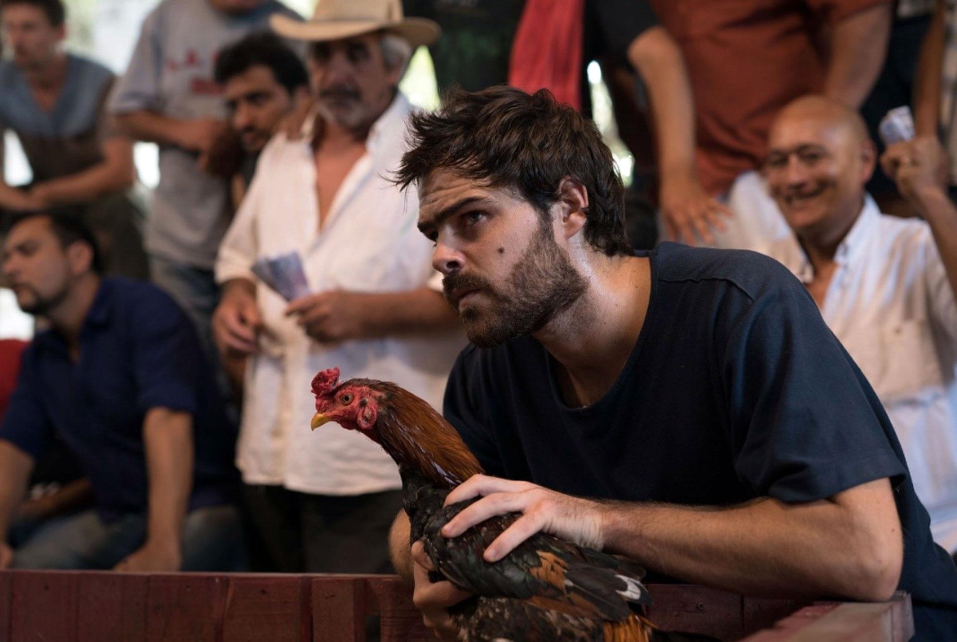 """""""Un gallo para Esculapio"""", producida porUnderground y TNT y protagonizada porLuis Brandoni yPeter Lanzani, finalizó por la pantalla de El Telefe con un rating de 9.4 puntos. Por su éxito, ya están en tratativas para una posible segunda temporada"""