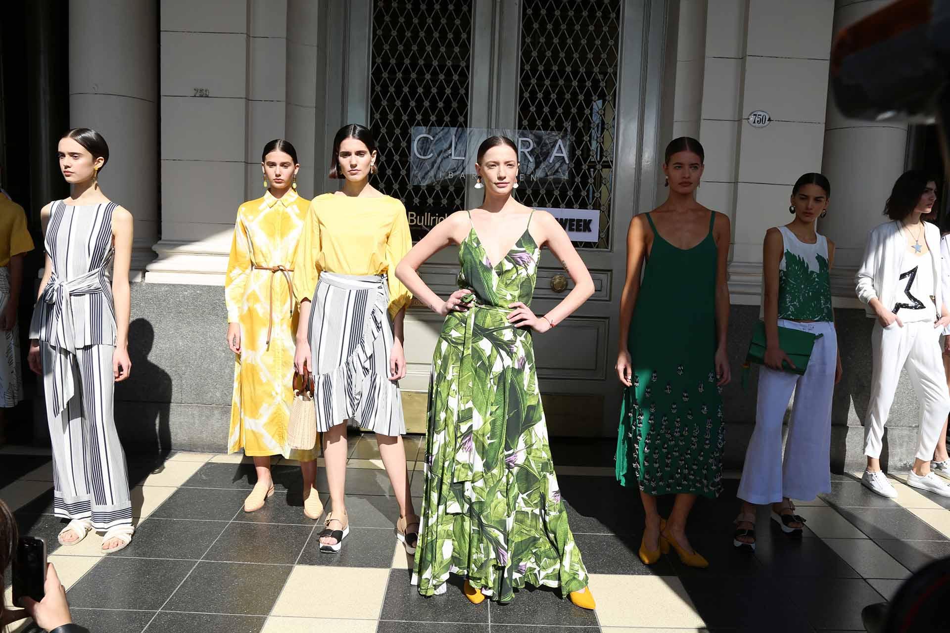 Este año la propuesta de la marca es combinar el clásico look militar, de géneros estructurados, con prendas súper femeninas, lánguidas, con volados, nudos y grandes mangas