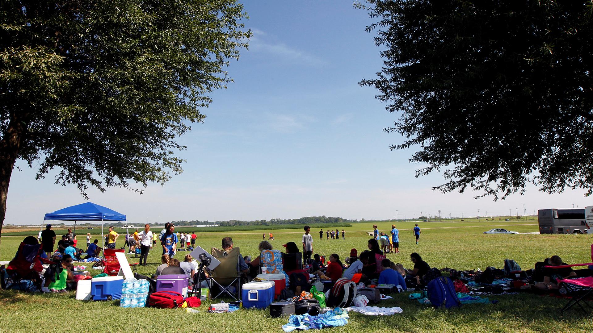 Cientos de personas esperan en Hopkinsville, Kentucky, por el eclipse solar