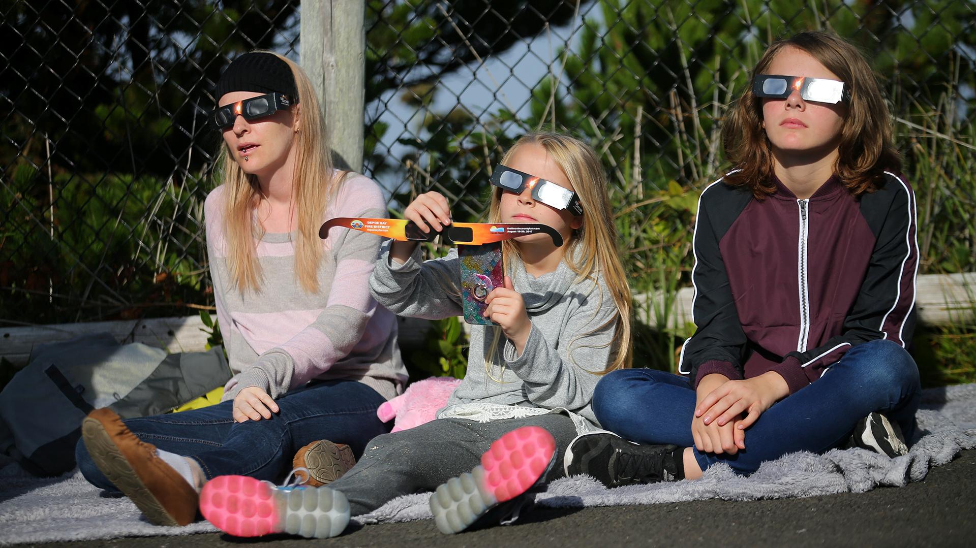 Fueron muchos los que eligieron proteger sus ojos en Depoe Bay, Oregón, donde el eclipse fue total