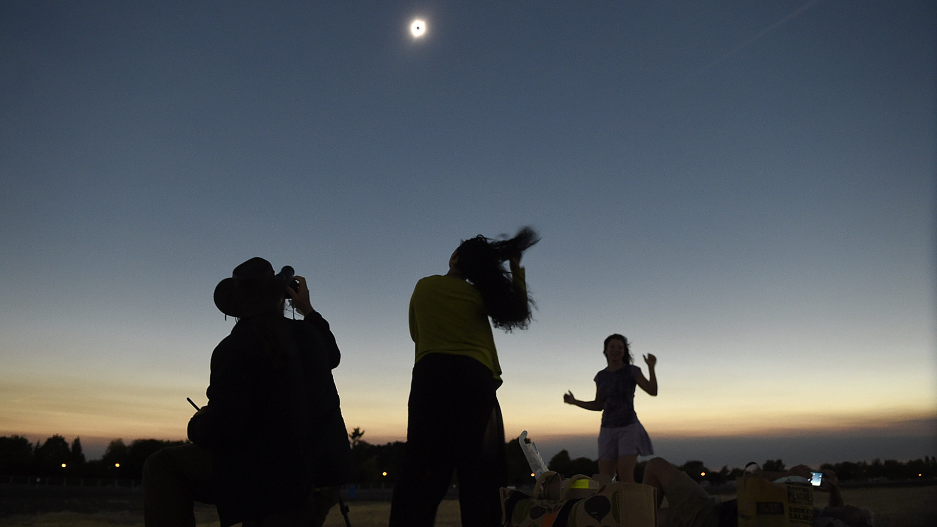 """Miles de estadounidenses se prepararon para ver el denominado """"El gran eclipse americano"""", ya que hace 99 años que ese país no era testigo de un evento astronómico de esa magnitud"""
