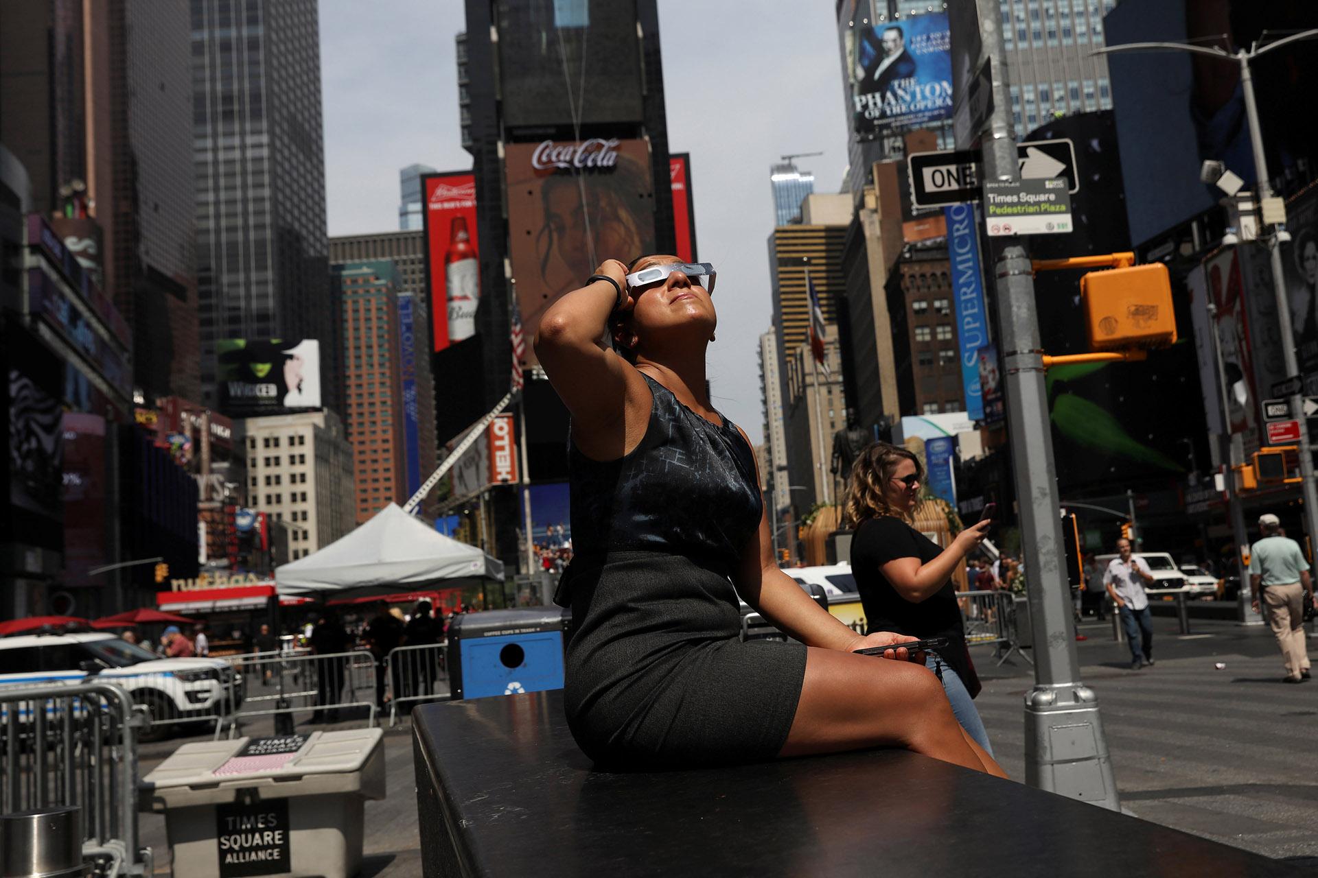 En Times Square tampoco se quisieron el perder el fenómeno astronómico