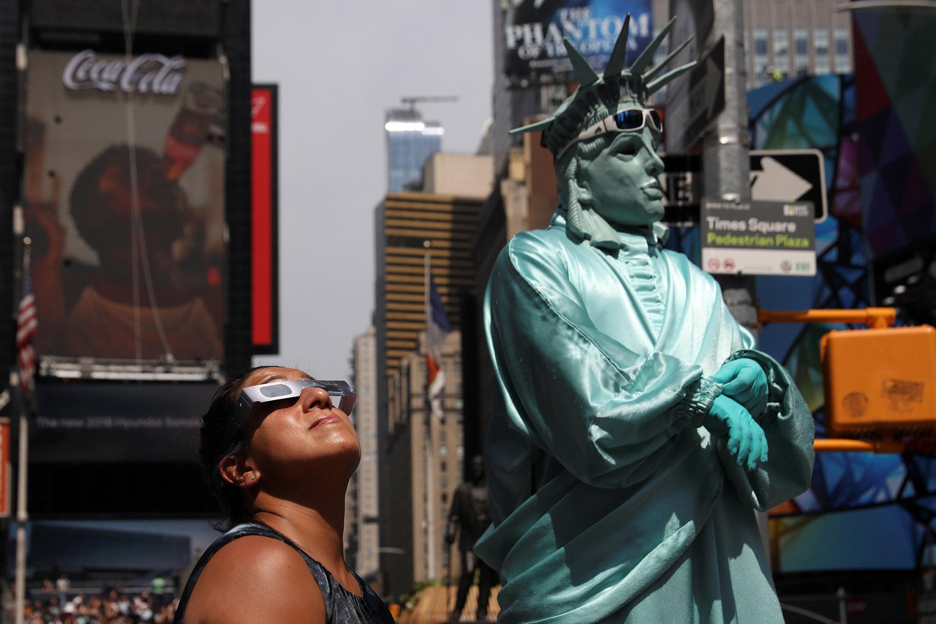 En Times Squareincluso las estatuas vivientes tenían sus gafas especiales pare ver el evento