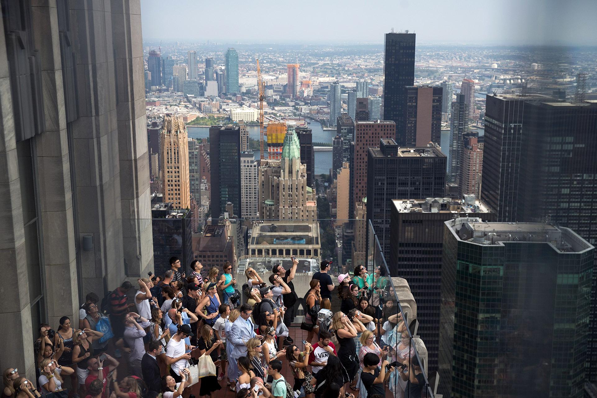 El eclipse solar desde Top of the Rock delRockefeller Center, en Nueva York