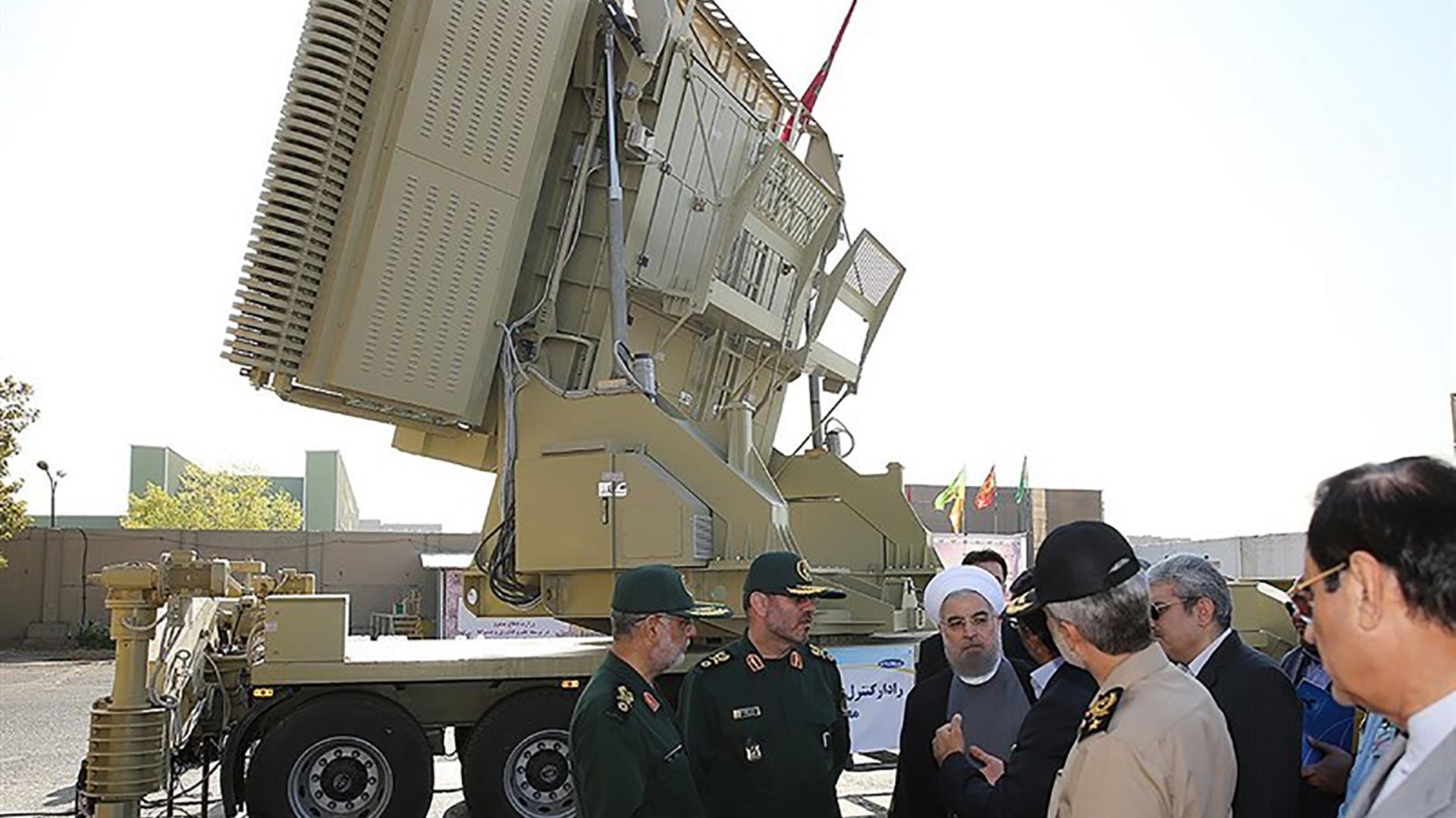 Una imagen de archivo muestra al presidente Rouhani inspeccionando el radar utilizado para lanzar los misiles Bavar 373 (Tasnim)