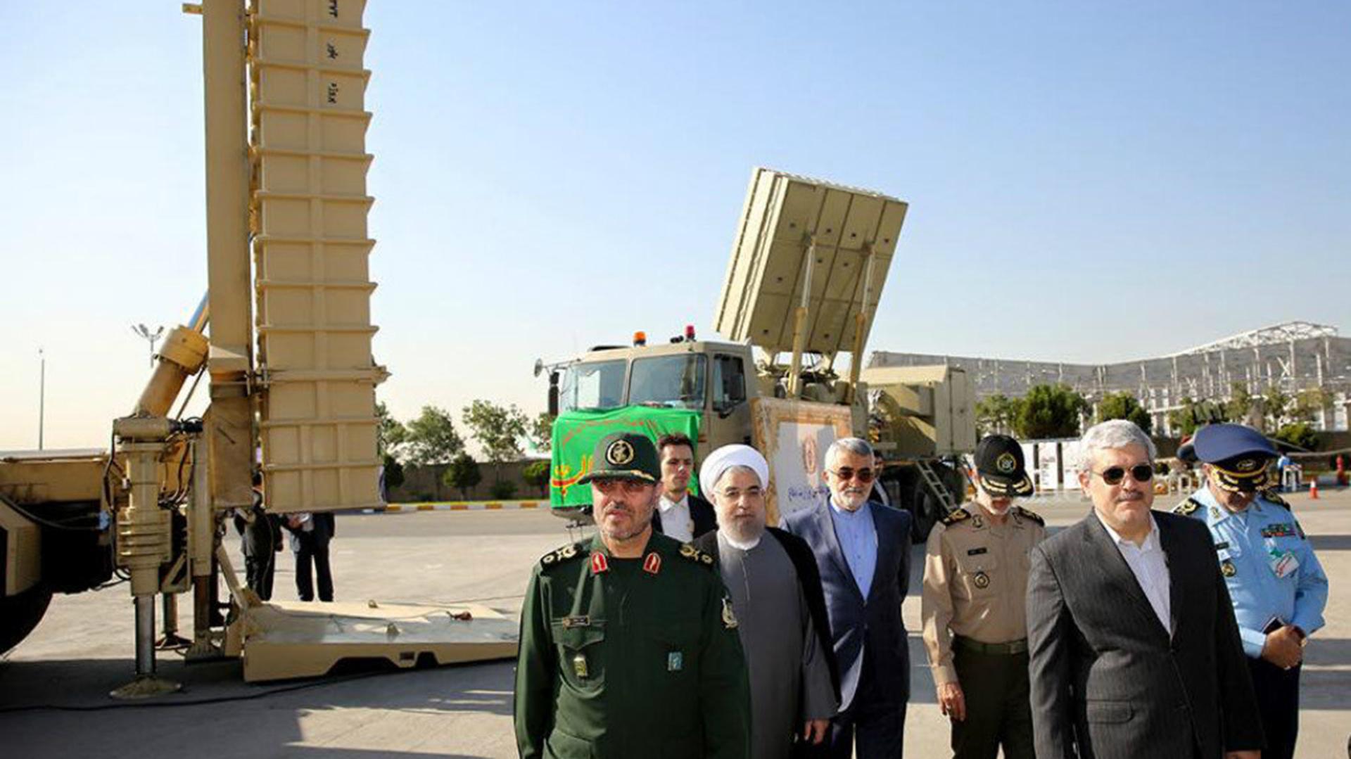 Rouhani y el ex ministro de defensa Hosein Dehghan, recientemente reemplazado, durante una inspeción (Tasnim)