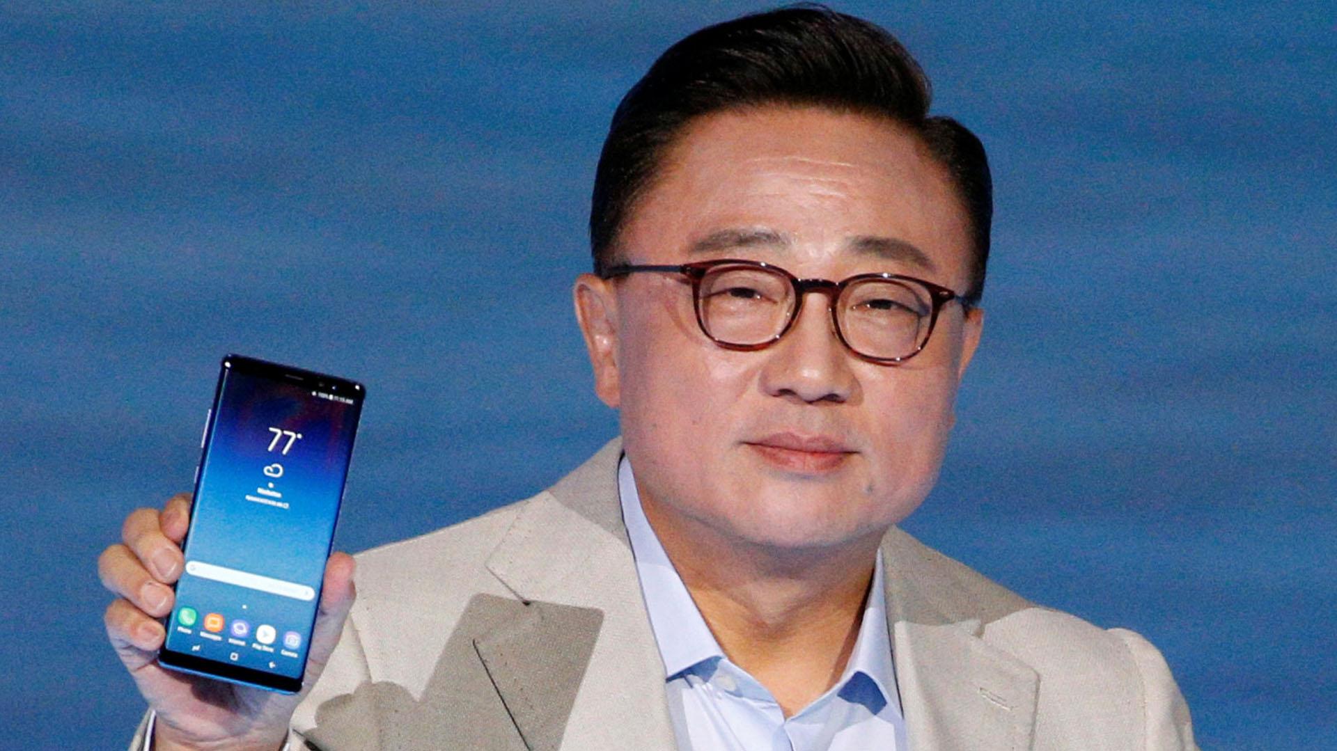Koh Dong-jin sostiene el nuevo Galaxy Note 8
