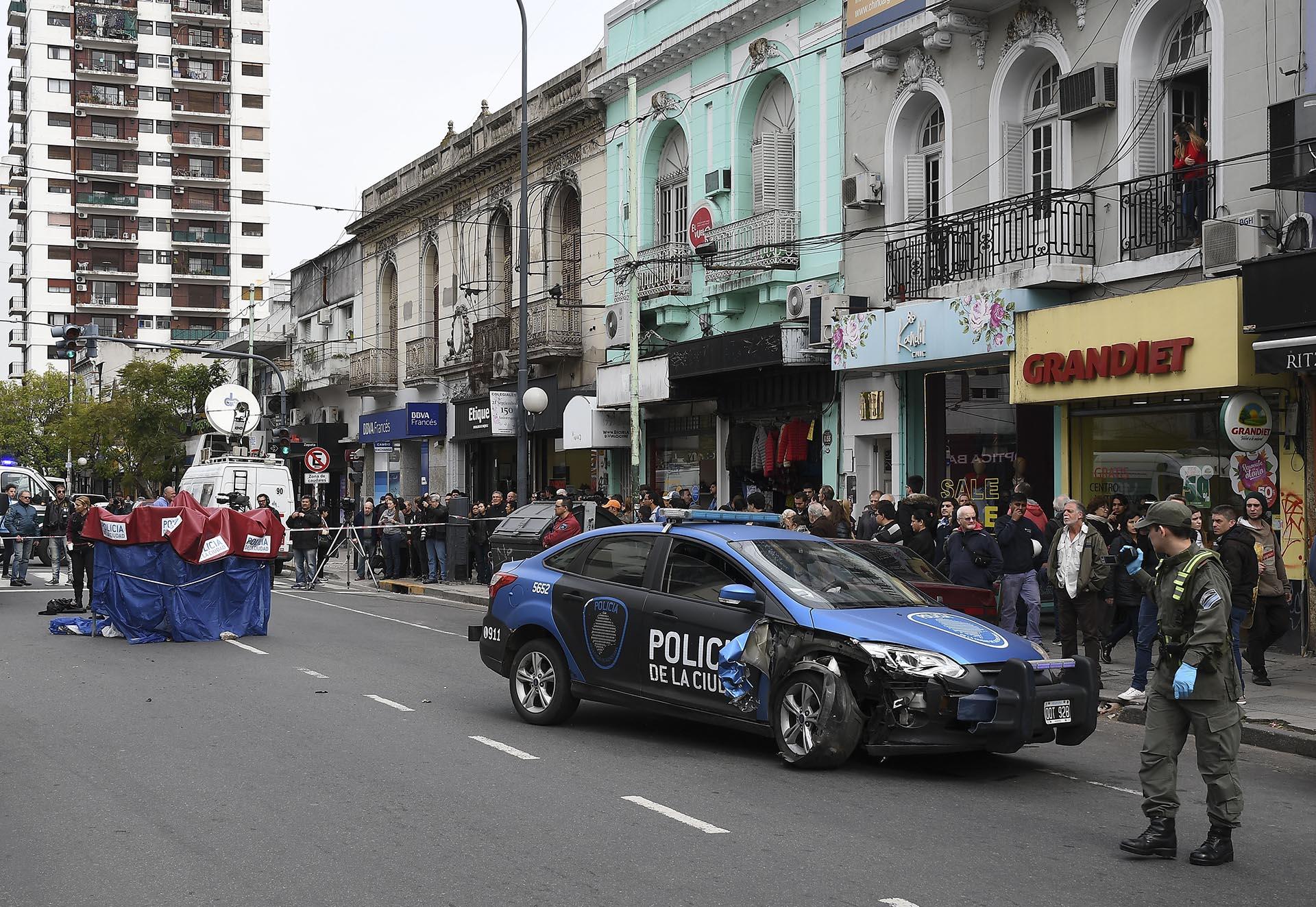 Una mujer de 62 años murió esta mañana al ser atropellada por un móvil de la comisaría 31 de la Policía de la Ciudad que acudía a un llamado del 911, en la esquina de la avenida Federico Lacroze y Zapata, en el barrio porteño de Belgrano, informaron fuentes policiales