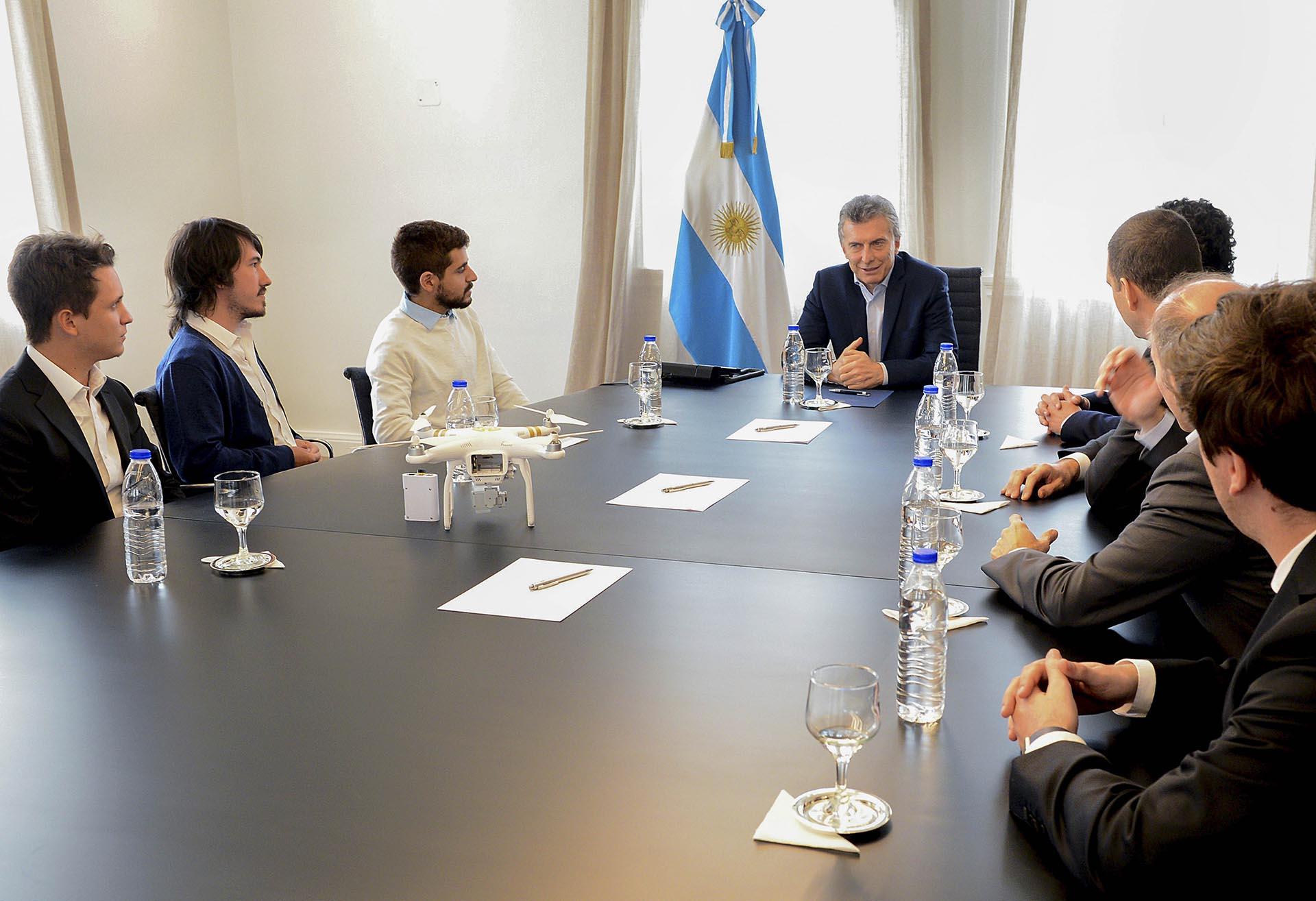 El presidente Mauricio Macri recibió hoy a un grupo de estudiantes de ingeniería informática que ganaron un premio internacional por haber creado un programa que les permite a los rescatistas actuar con más celeridad y precisión frente a catástrofes naturales