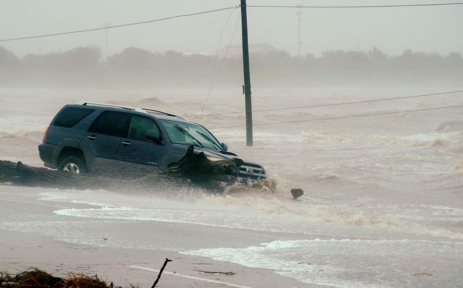Cientos de autoss quedaron varados en el agua(REUTERS)