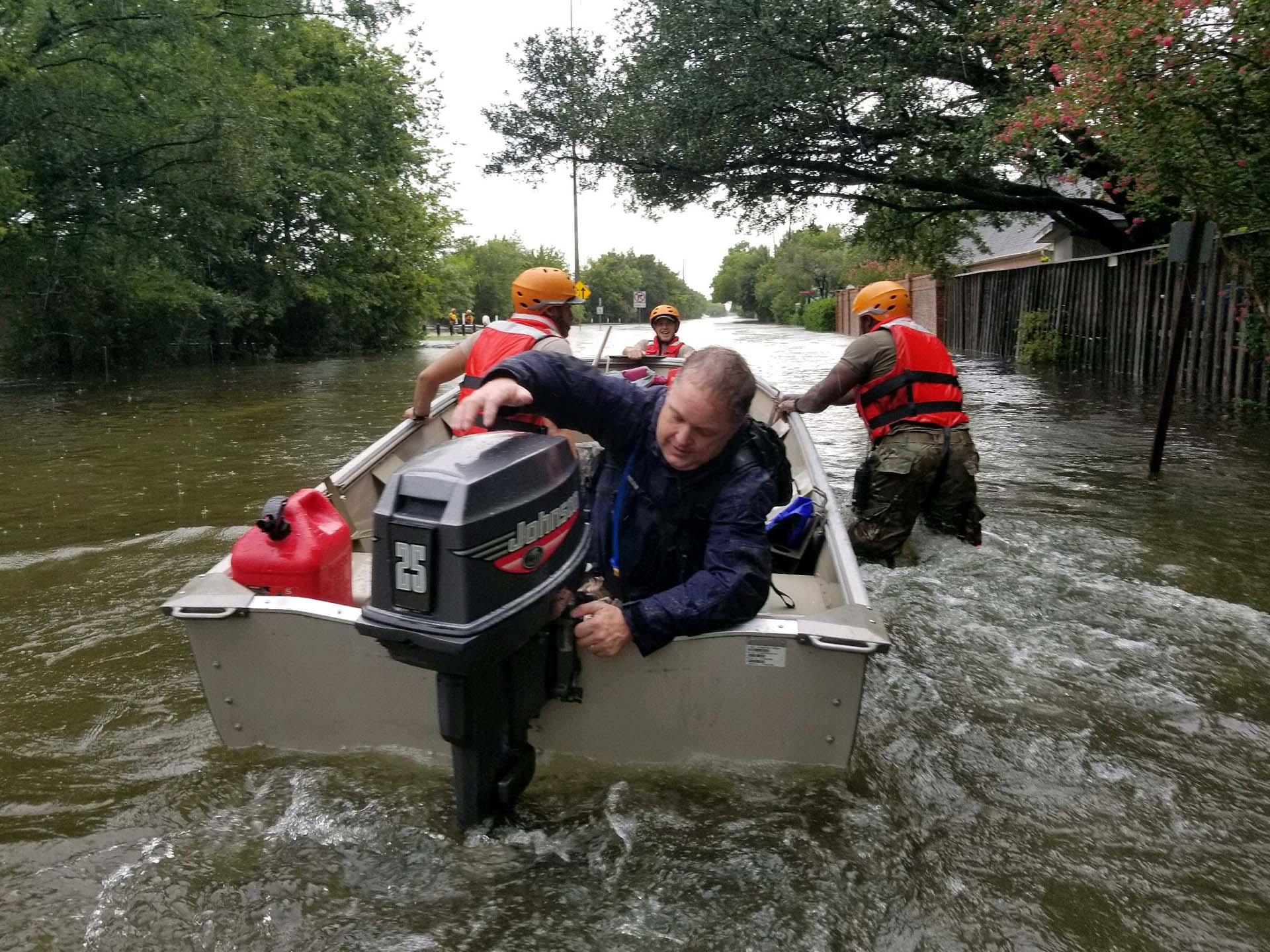 Soldados de Texas utilizan un bote para evacuar a los residentes de Houston (REUTERS)