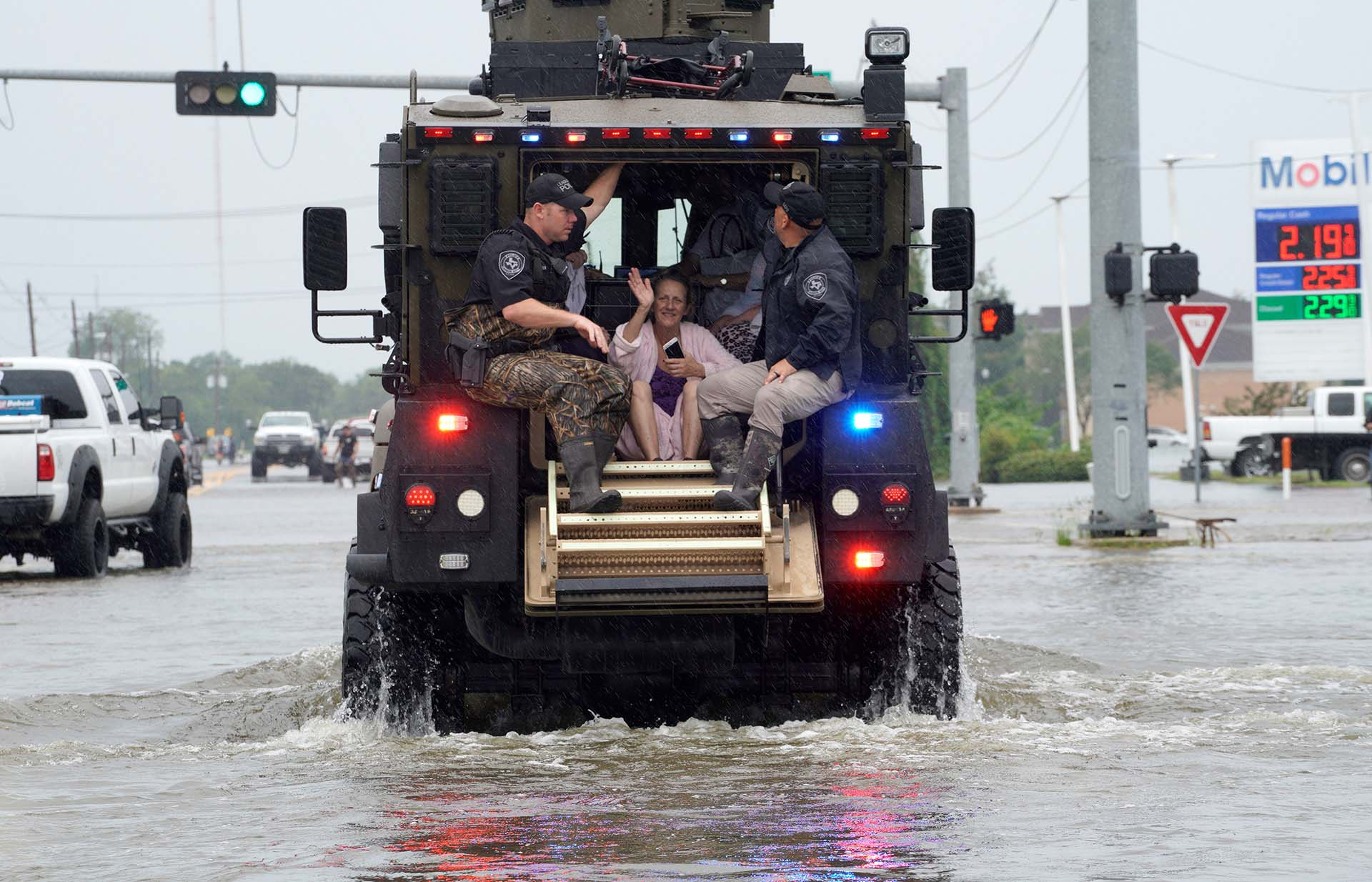Una mujer es evacuada por las autoridades (REUTERS)