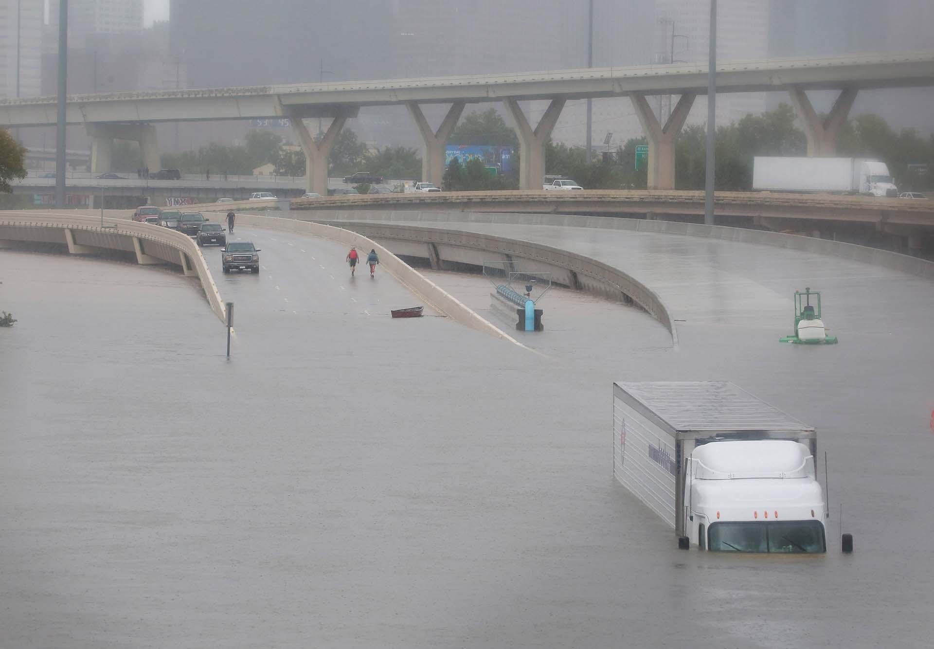 Las calles quedaron completamente tapadas por el agua en Houston (REUTERS)