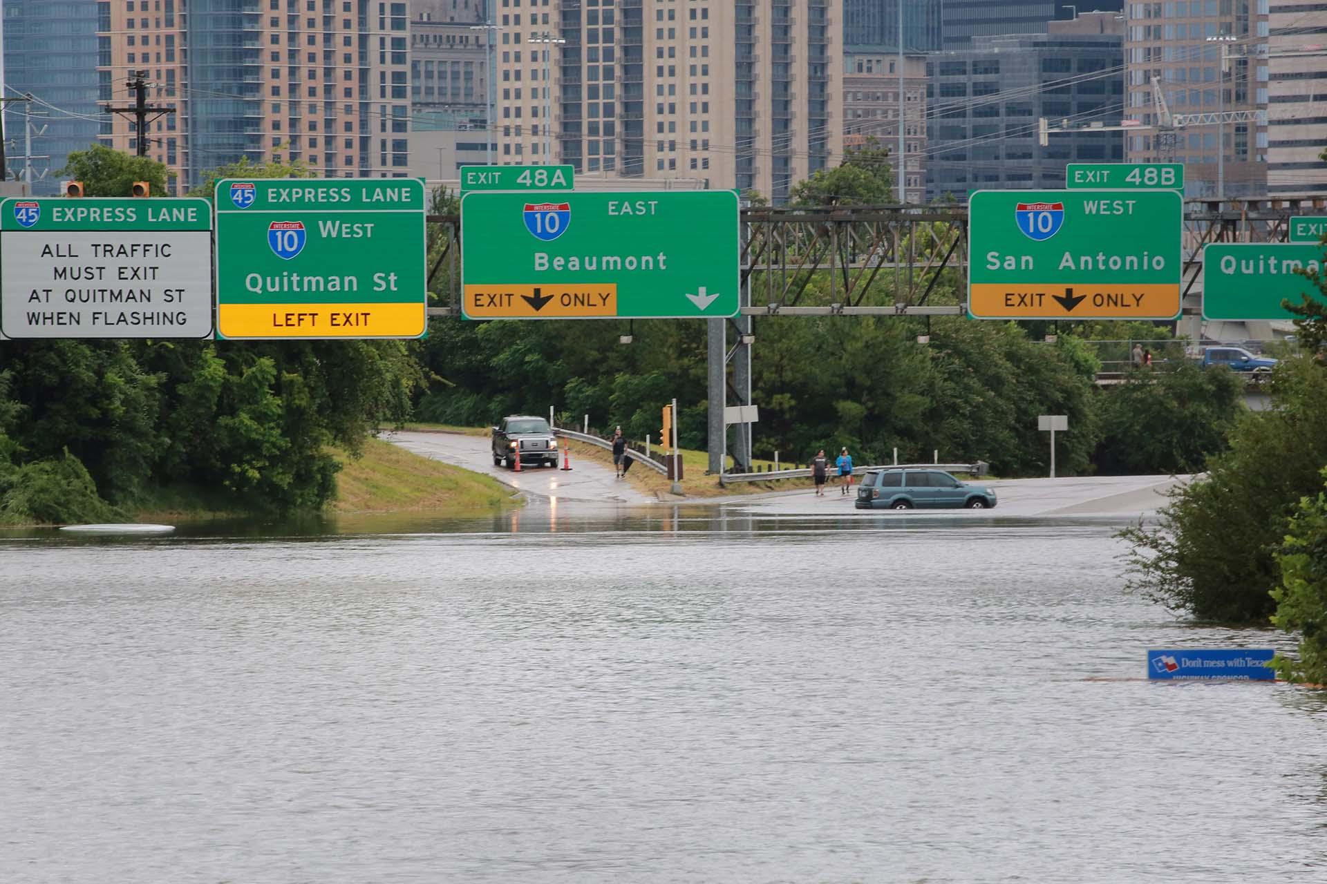 Un auto se detiene ante la inundación (REUTERS)