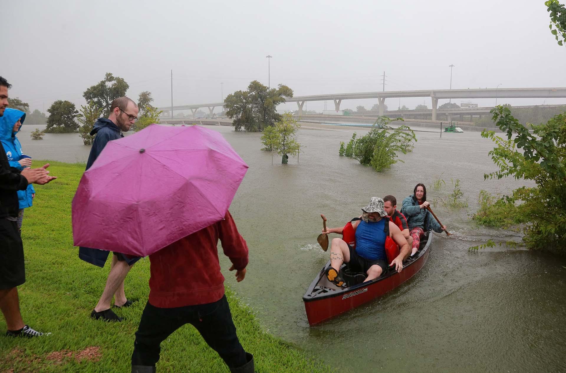 Otro también utilizan kayaks para movilziarse (REUTERS)