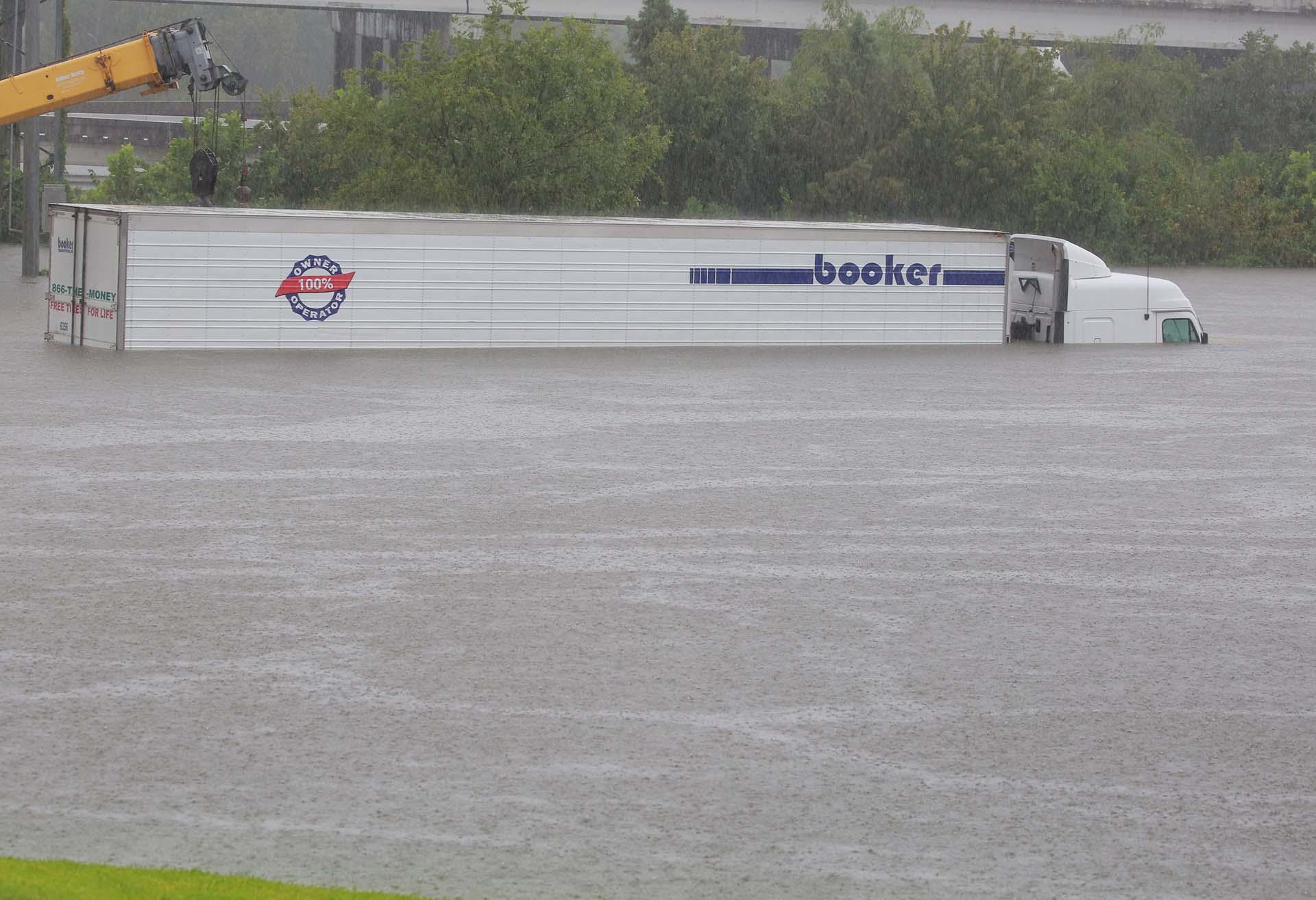 Un camión quedó completamente tapado por el agua(REUTERS)