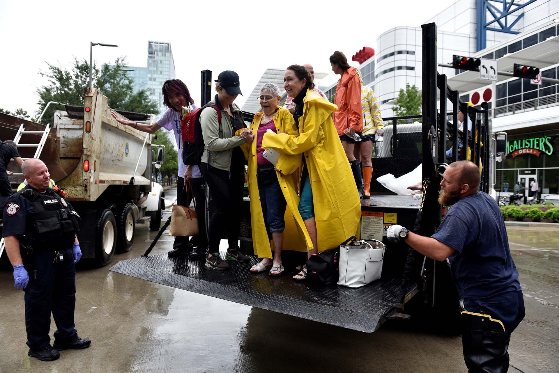 Las autoridades ayudan a una dos mujeres mayores a evacuar su hogar(REUTERS)