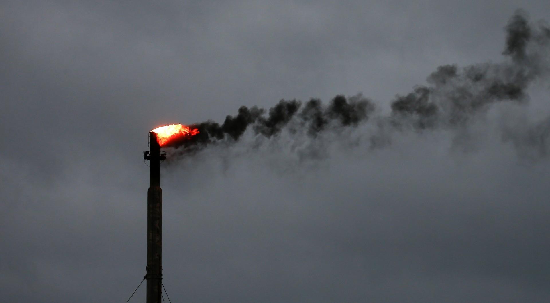 Las nubes de la tormenta Harvey lucen de fondo a la refinería Corpus Christi, en Texas (Reuters)