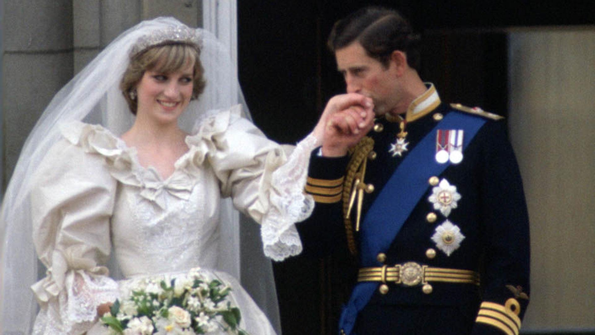 Carlos y Lady Di saludando en el balcón del Palacio Buckingham