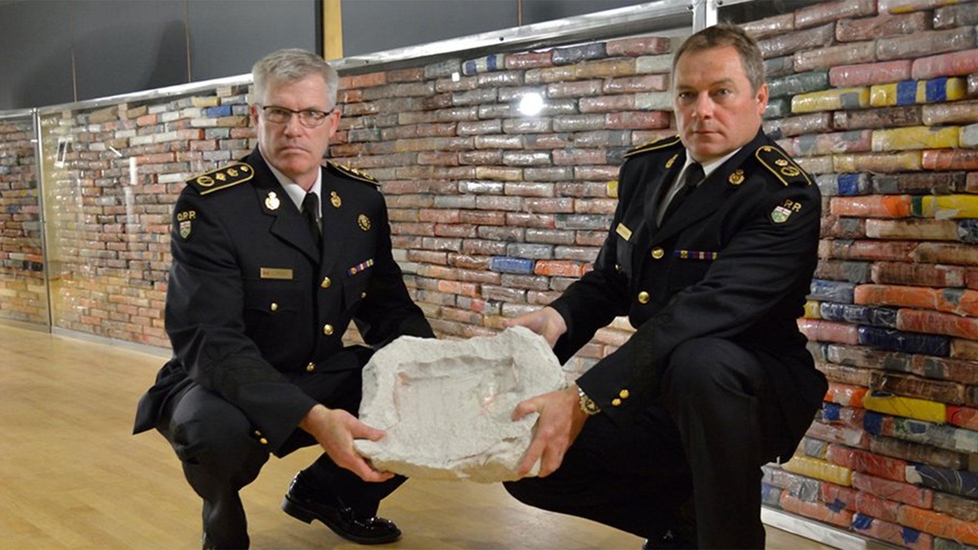 Piedra hueca encontrada en Mendoza y piedra hueca presentada por la Policía canadiense.(@OPP_News)