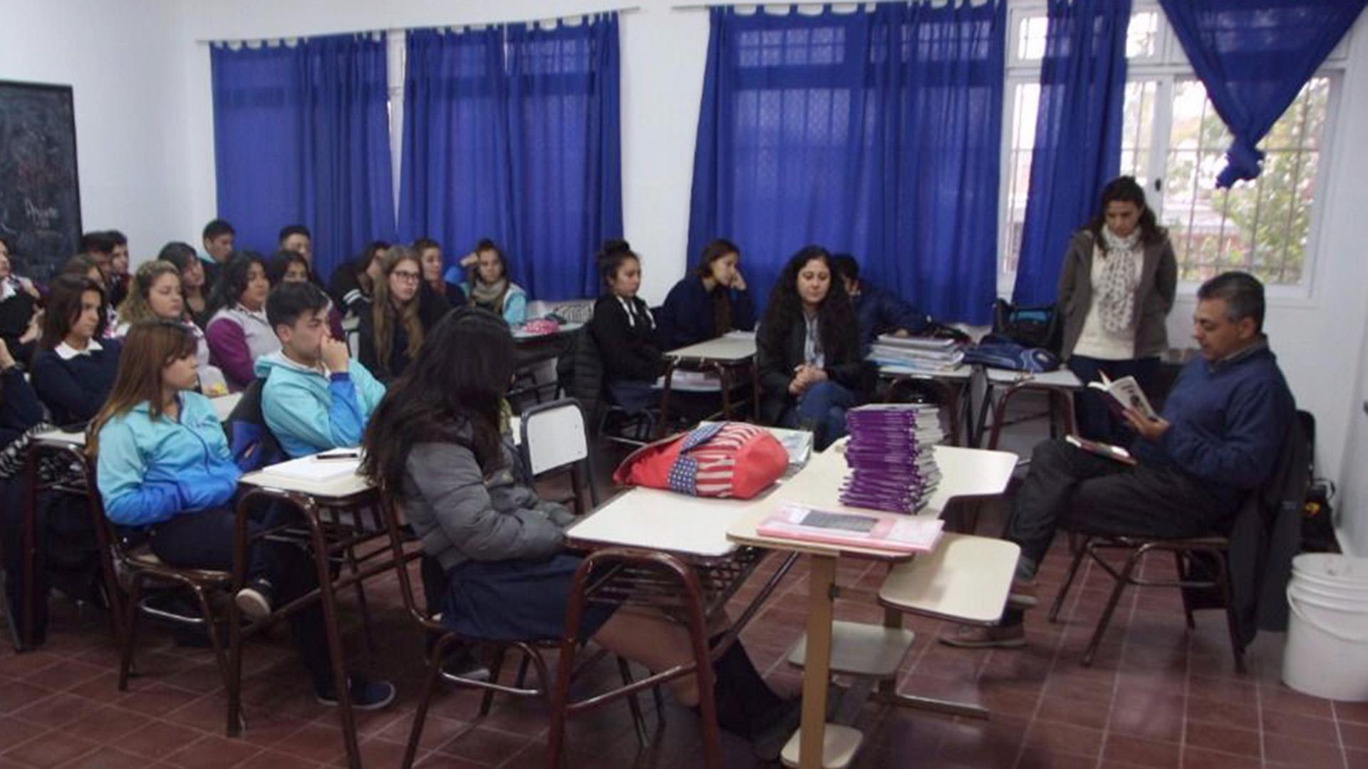 Clases en una escuela secundaria (Imagen de archivo)