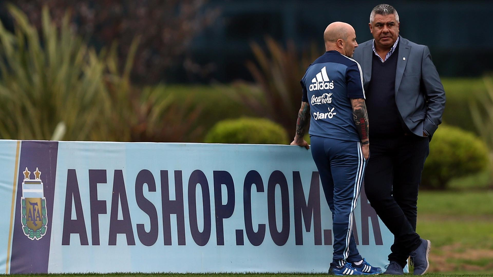 Jorge Sampaoli junto a Claudio Tapia en el predio de AFA en Ezeiza (Foto: Reuters)