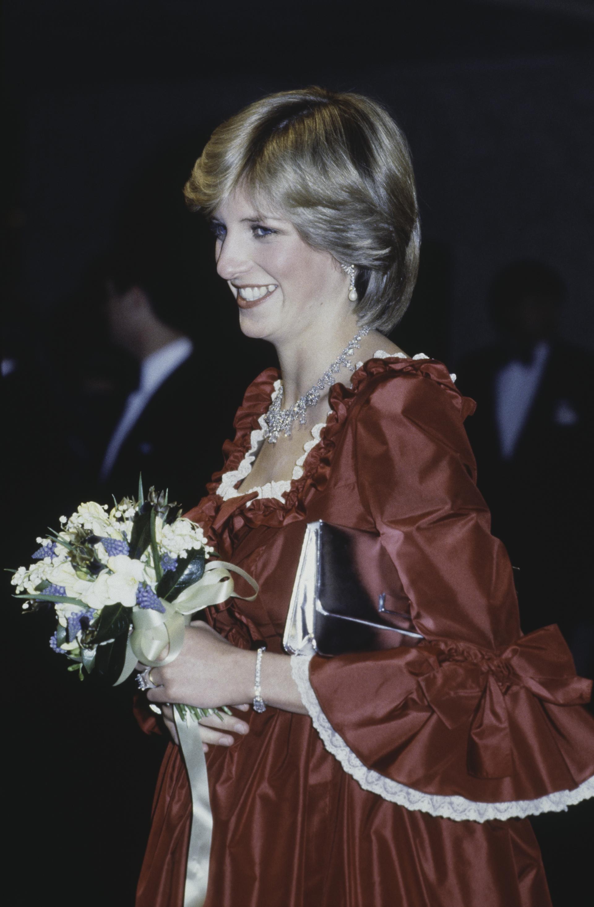 Los vestidos en dos colores y voluptuosos eran sus favoritospara concurrir a los eventos, galas o cenas homenaje (Getty Images)