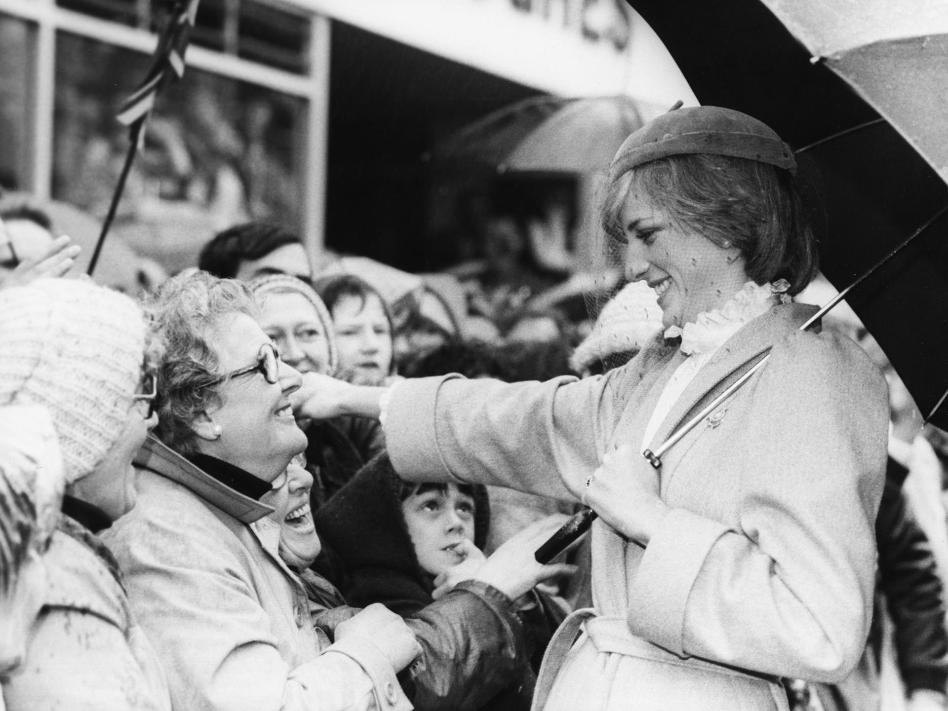 Vistiendo trench oversize, camisa de gasa con cuello cisne y tocado de gamuza con tul, saluda a las mujeres londinenses orgullosas de su trabajo (Getty Images)