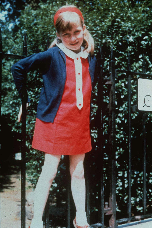 Los vestidos con cuello y vinchas eran las prendas fetiche elegidas a diario por su madre