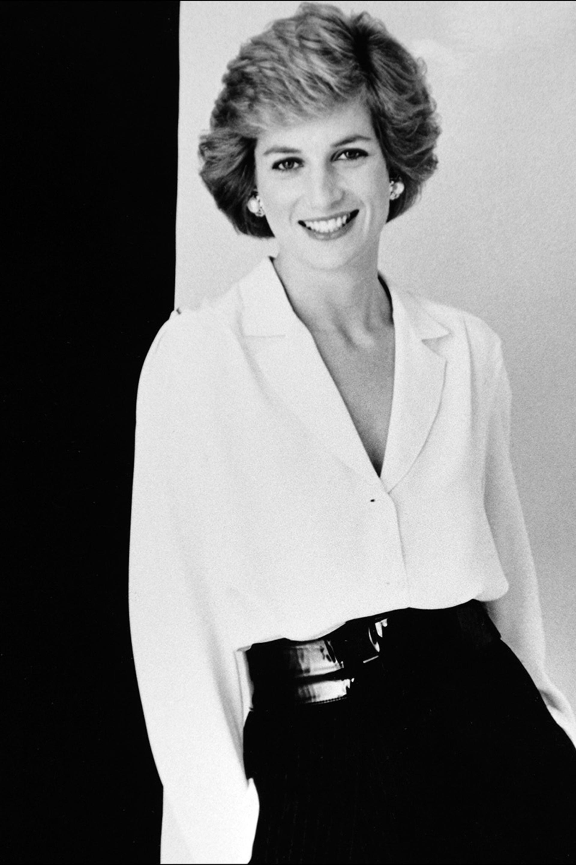 Camisa blanca, faja acharolada y falda plato negra, uno de los looks más elegantes que elegió Diana