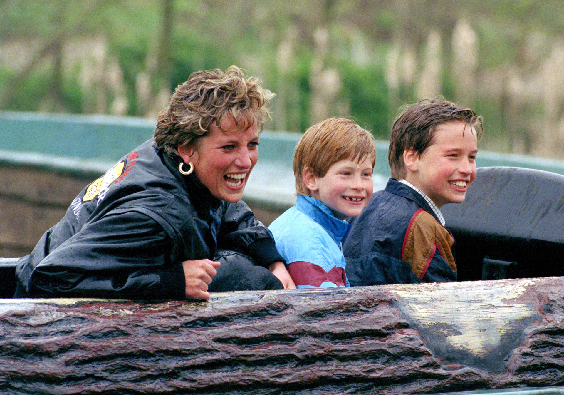 La princesa de Gales, Diana Spencer, con sus hijos, Harry y William.