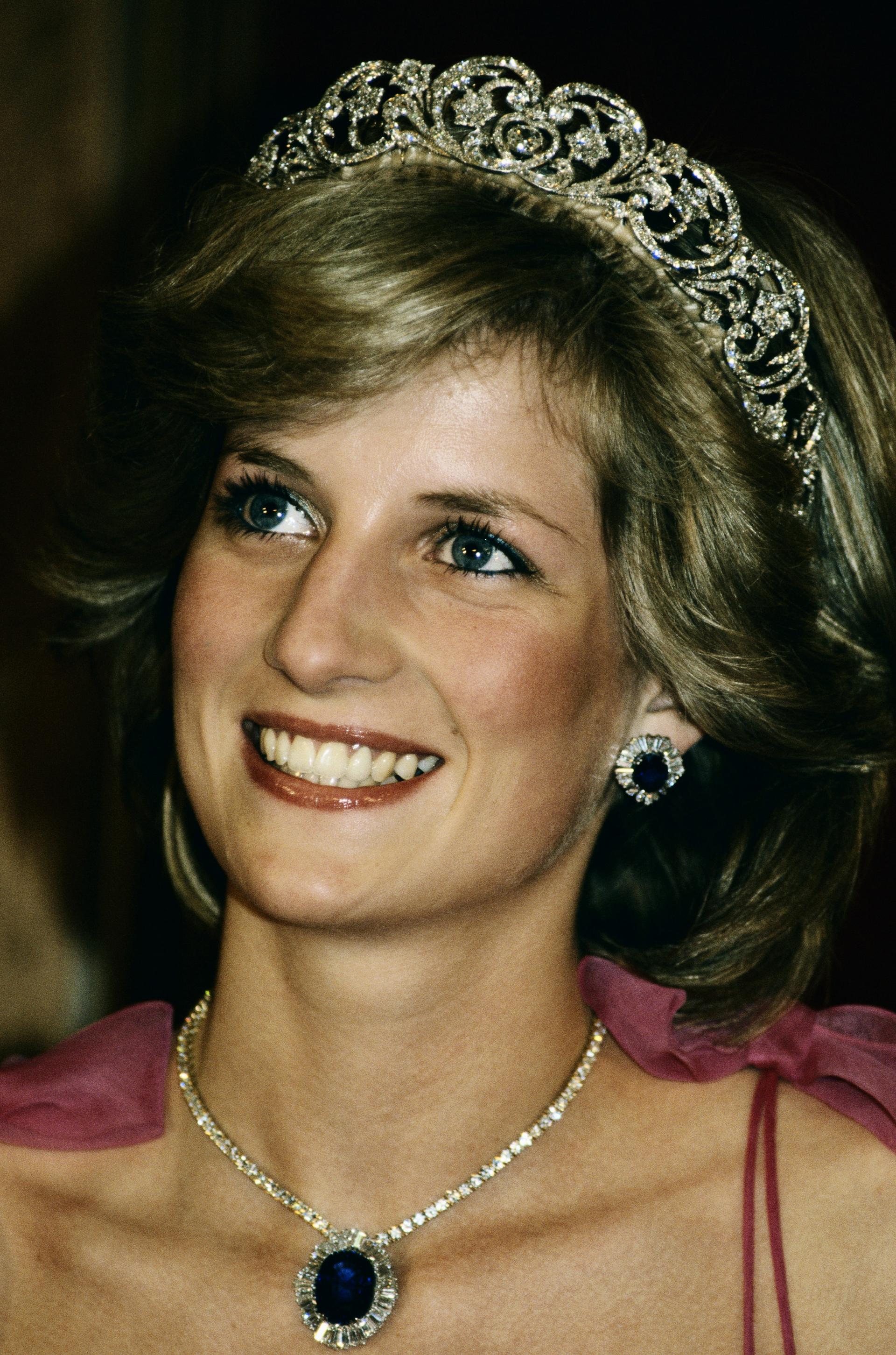 La realeza inglesa tiene una gran colección de joyas entre las cuales la princesa Diana eligió muchas veces sus accesorios. Delicadas de brillantes y piedras preciosas, los combinaba para resaltar sus clásicosatuendos
