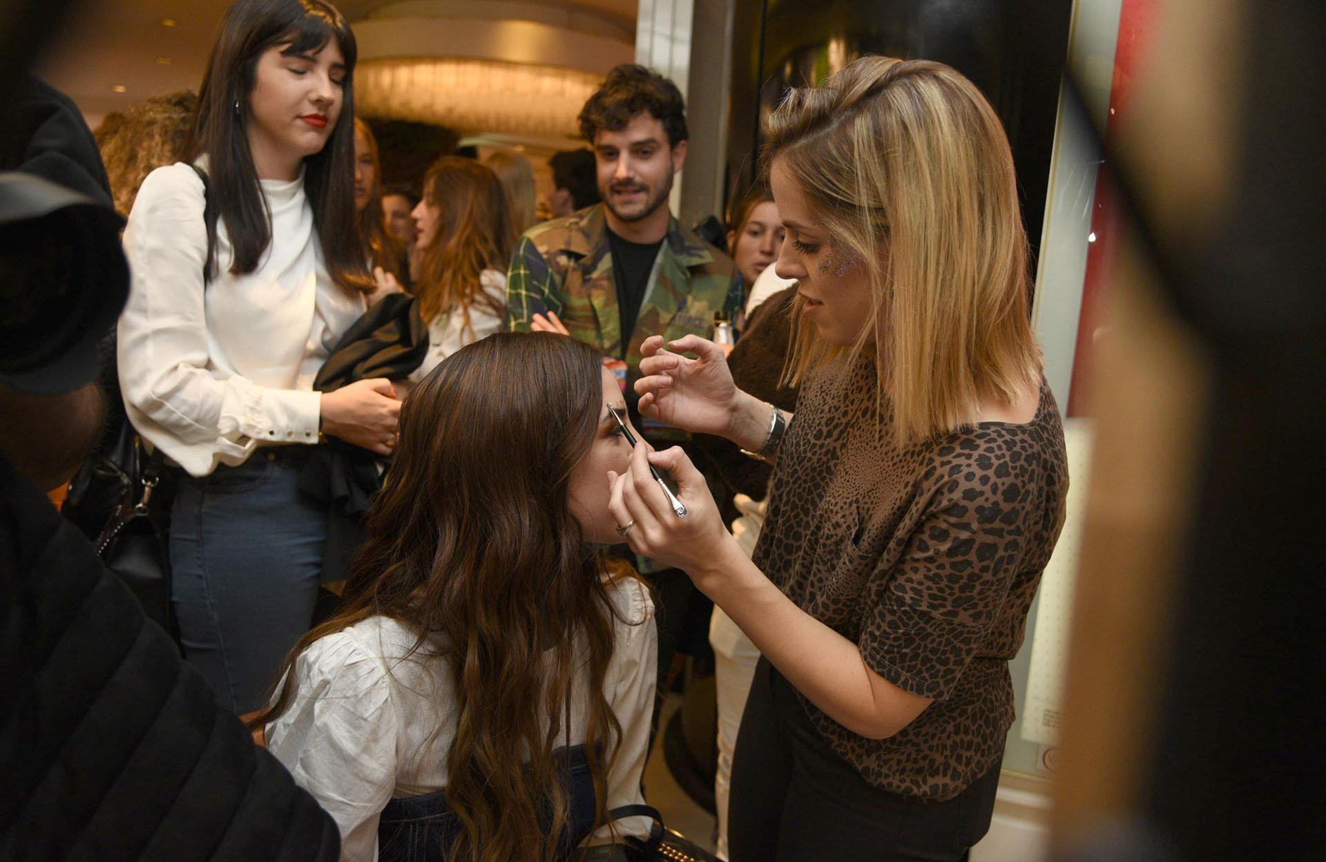 La hija de Marcelo, maquillándose para el evento