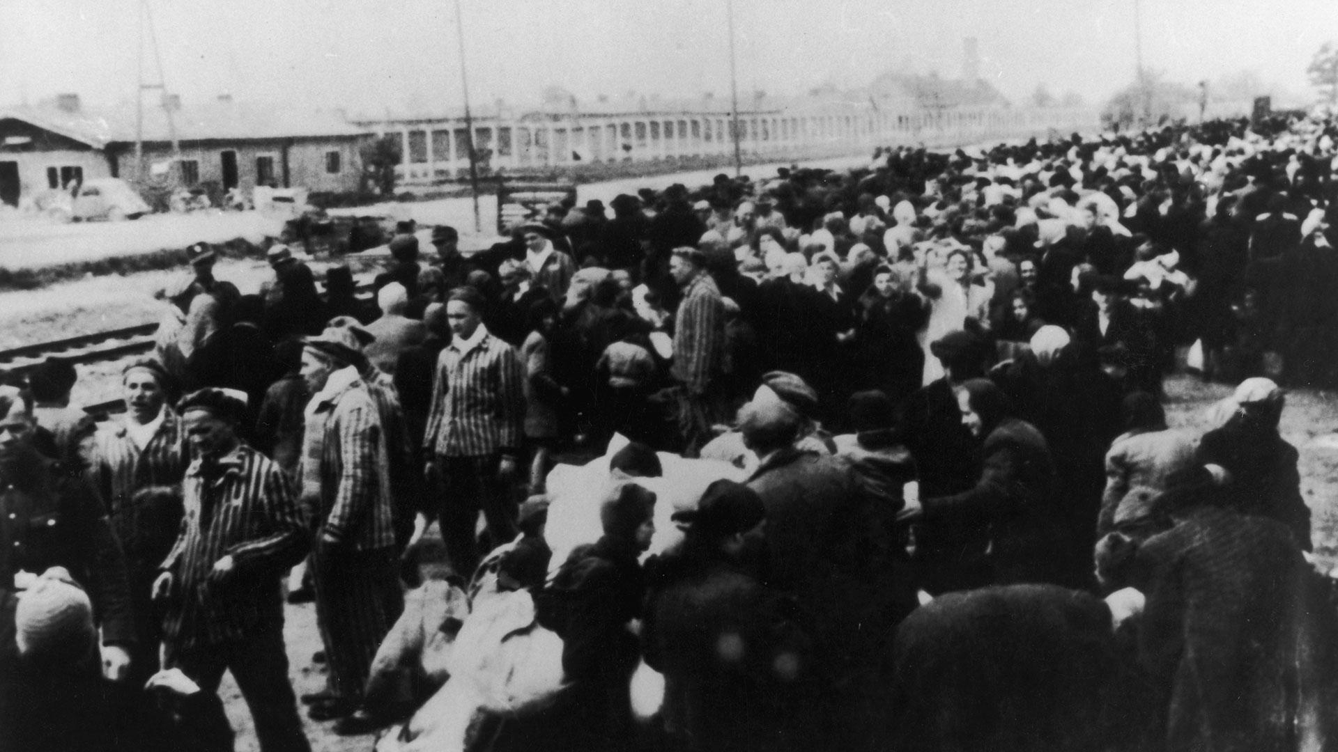 Algunas veces, al bajar del tren, los prisioneros eran dirigidos directamente a las cámaras de gas (Getty Images)