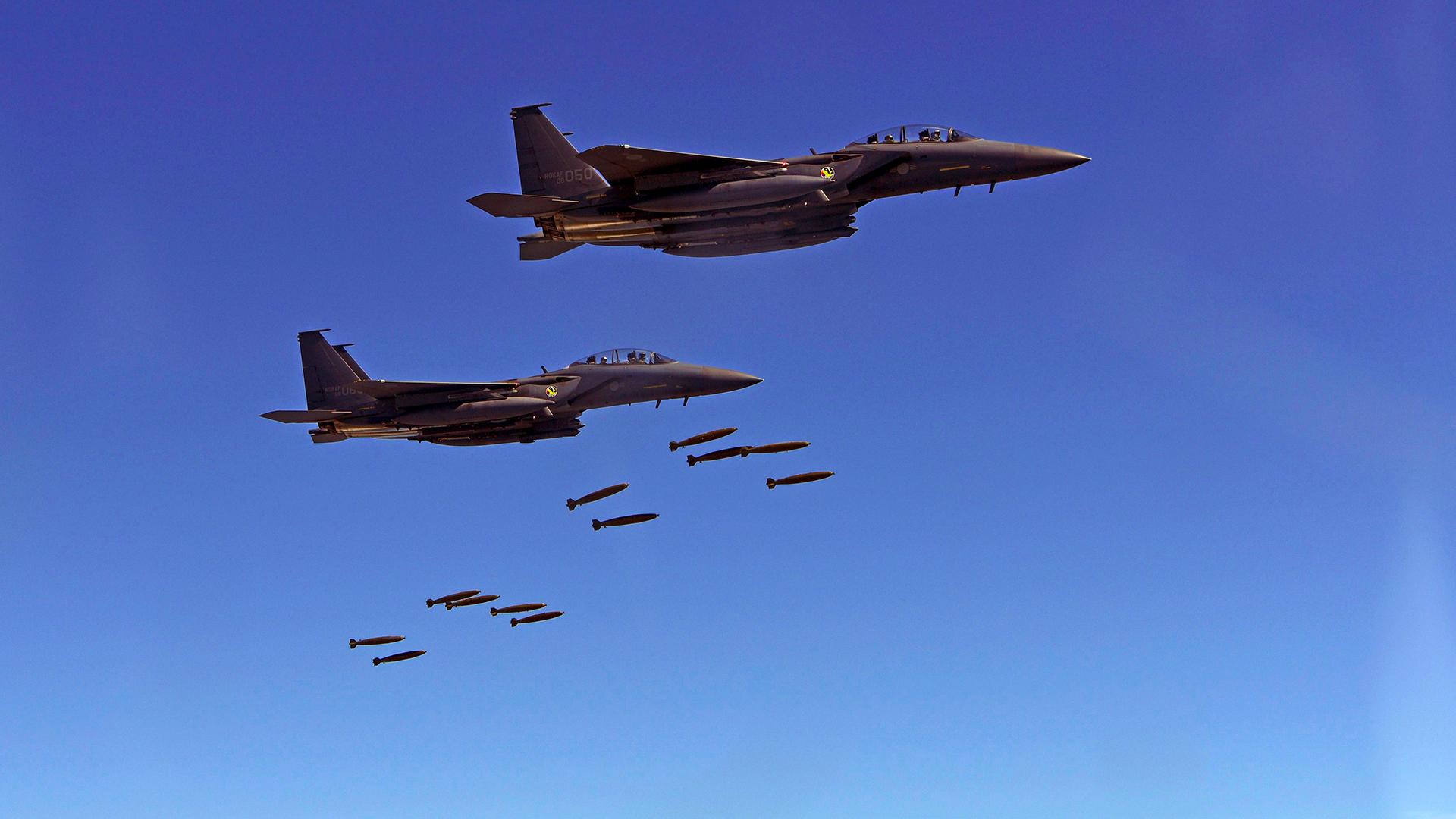 Dos F-15K de la aviación surcoreana lanzando sus bombas (AFP)