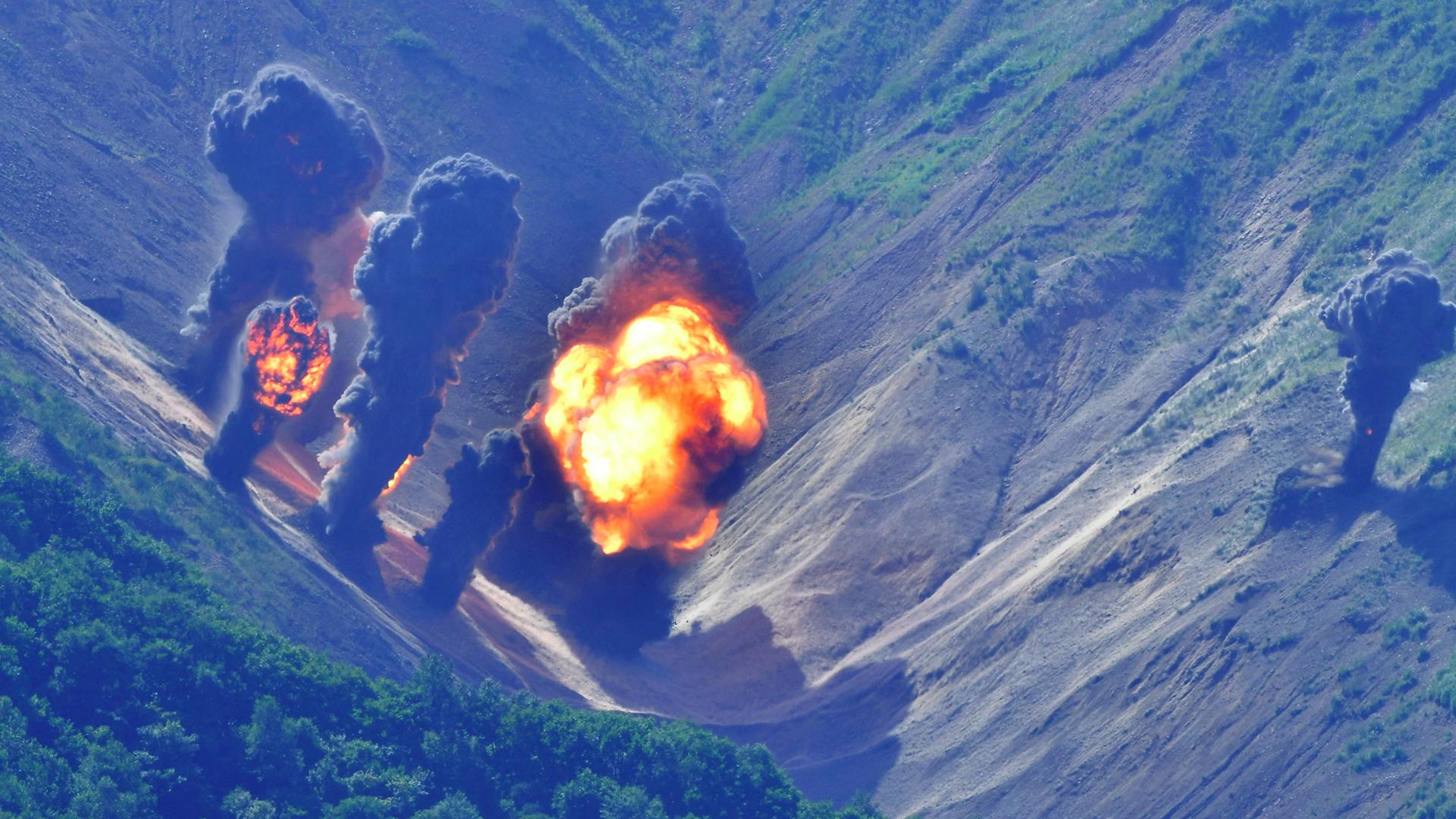 Efectos de un bombardeo de precisión sobre un blanco de práctica en la provincia de Gangwon, a 150 kilómetros de la frontera con Corea del Norte (AFP)