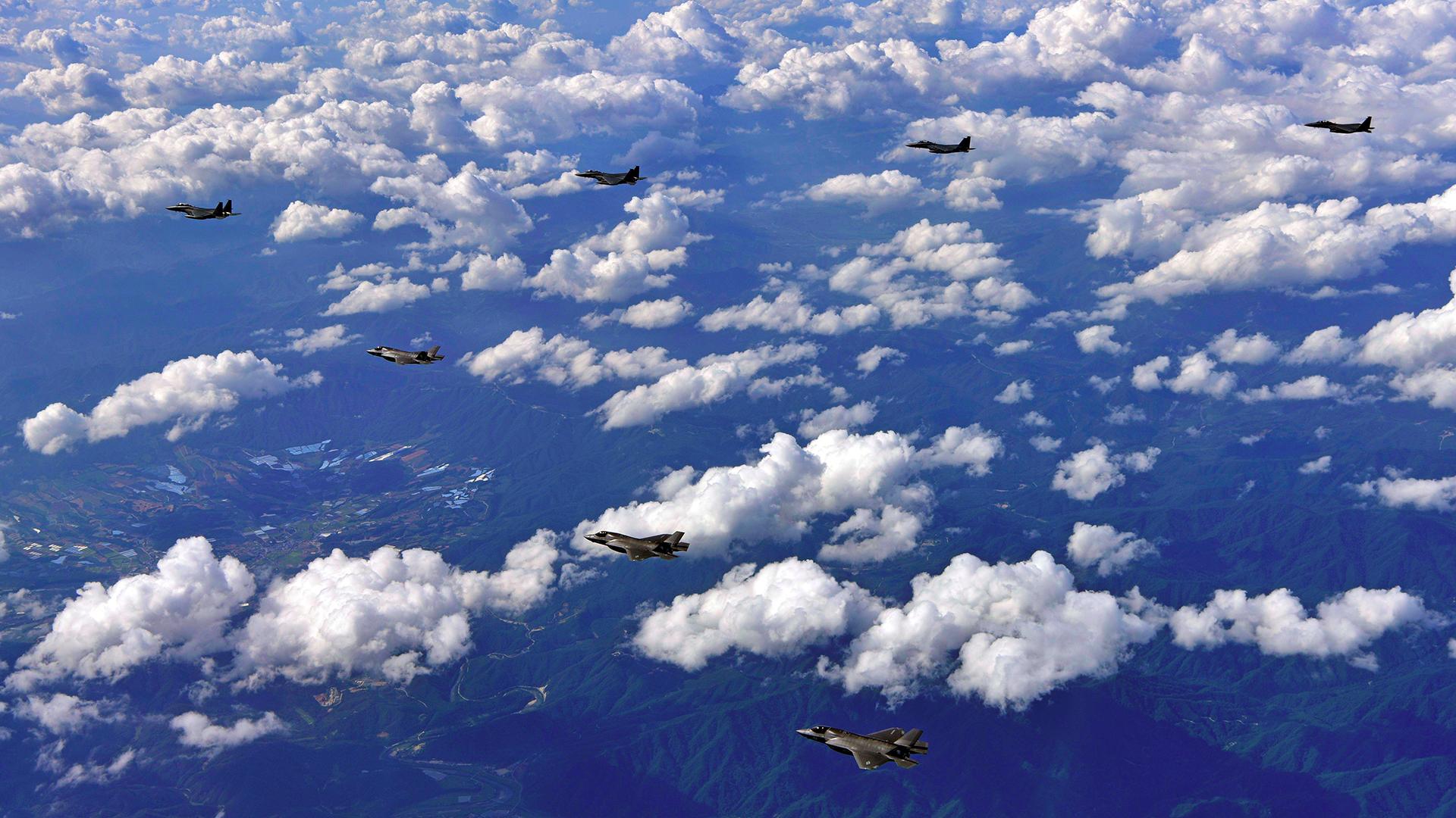 Cazas de ambos países vuelan en formación sobre la península coreana (AFP)