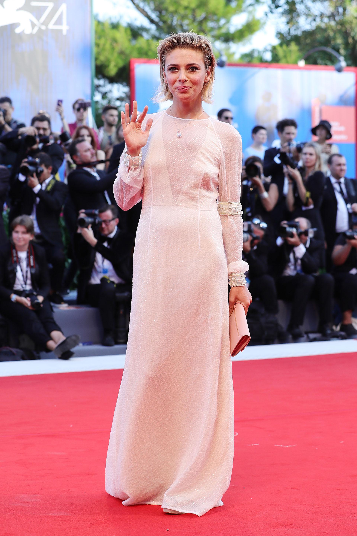 Jasmine Trinca -jurado del festival- apostó a un estilo net con detalles de bordados a mano en mangas y puños (Vittorio Zunino Celotto/Getty Images)
